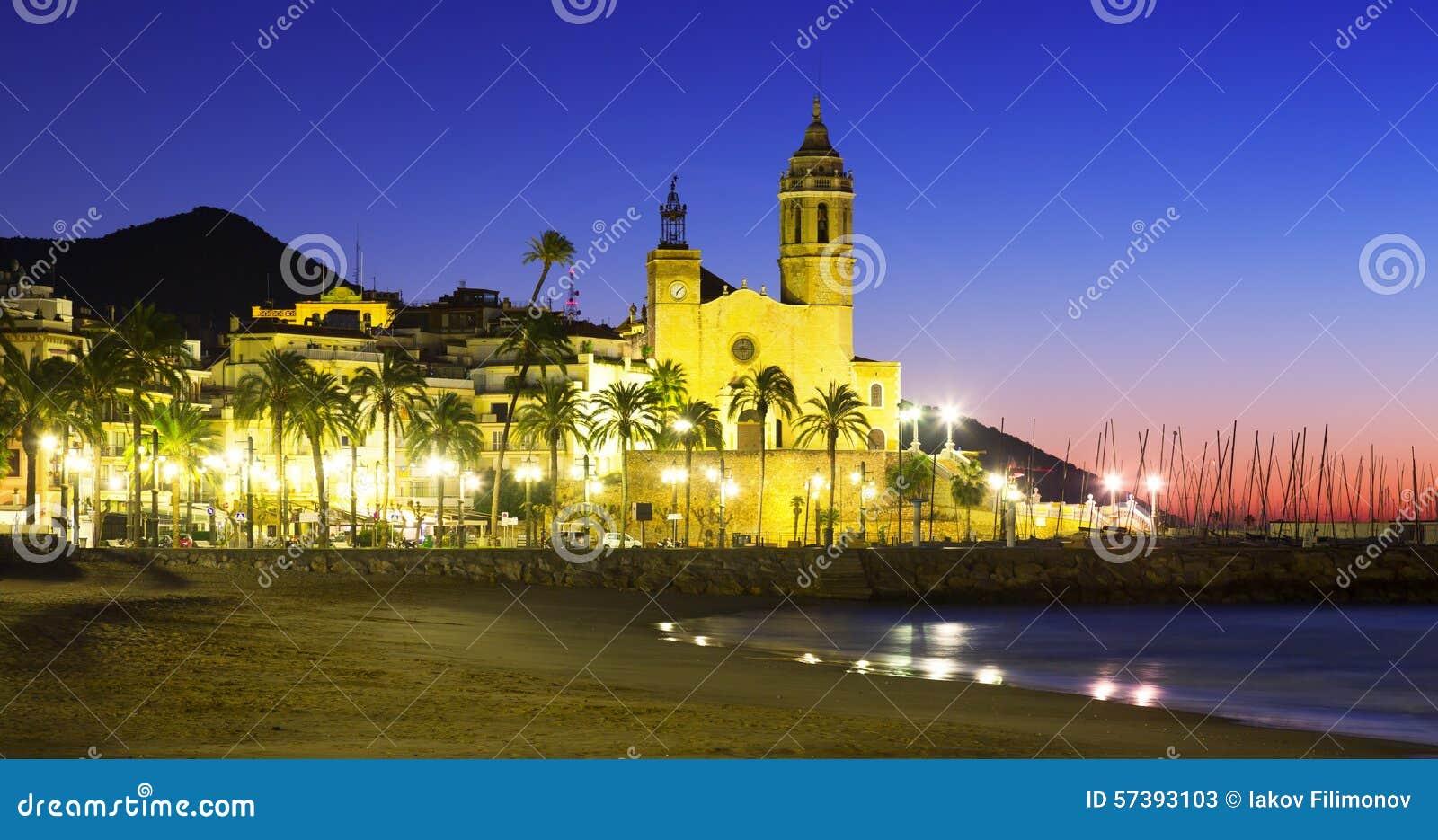Vroege ochtendmening van kerk in Sitges, Spanje