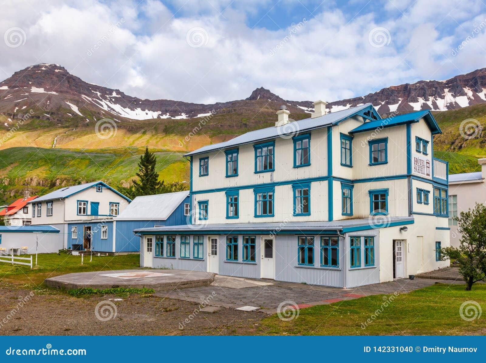 Vroeger postkantoor nu Hotel Snaefell op Austurvegur-straat Seydisfjordur Oostelijk IJsland Scandinavië