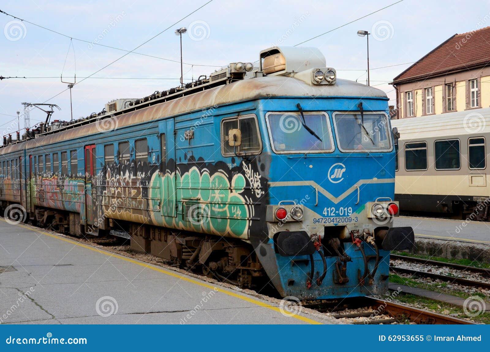 Vroegere Joegoslavische spoorwegen elektrische locomotief met de post Servië van graffitibelgrado