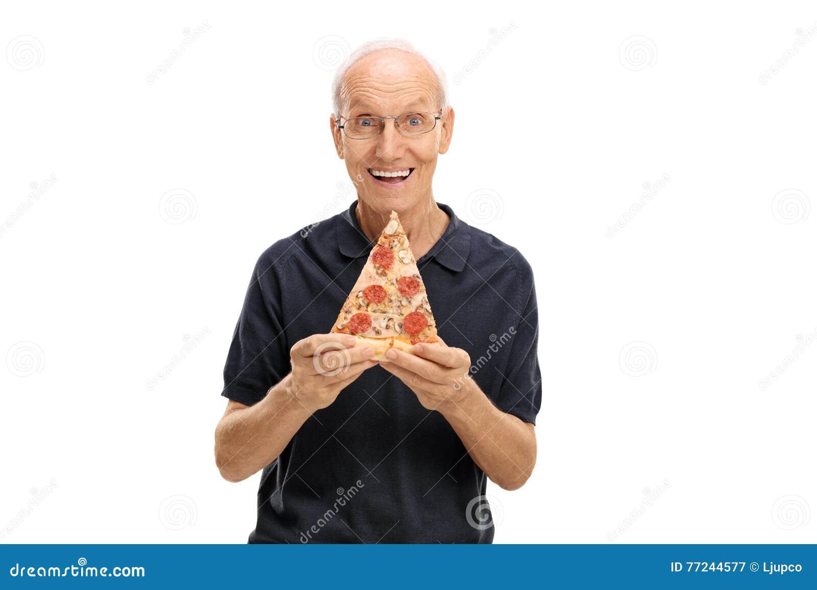 Vrolijk bejaarde dat een plak van pizza houdt