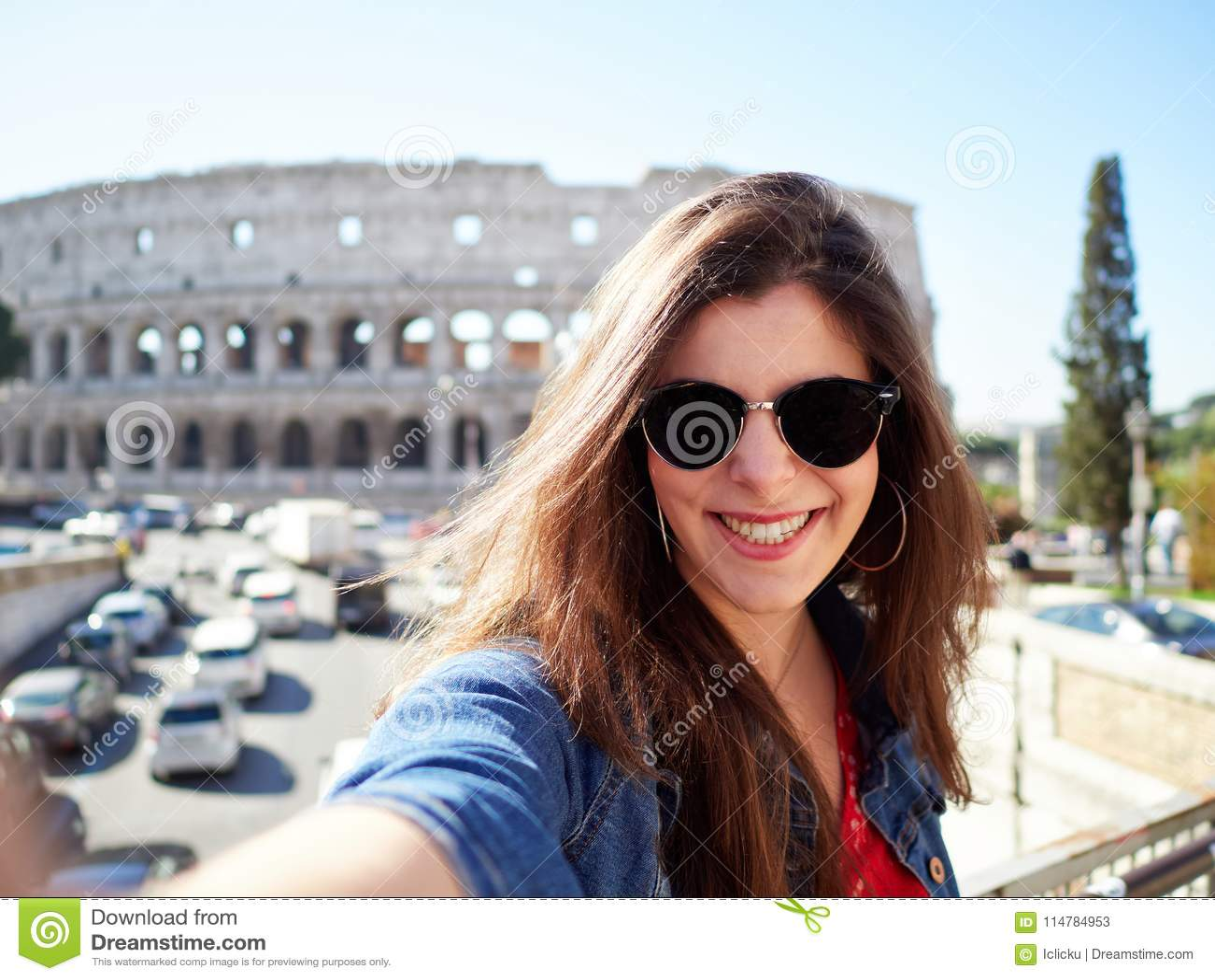 Vrolijk brunette in zonnebril die bij camera glimlachen