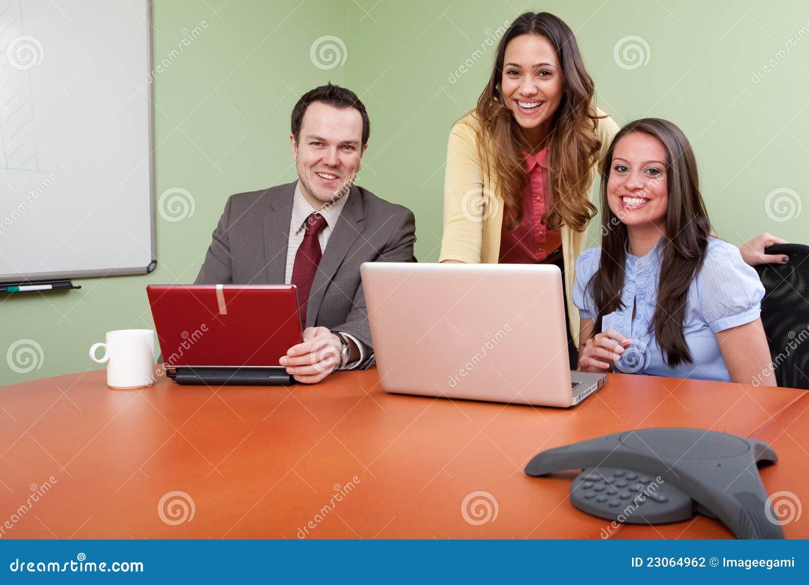 Vrolijk Commercieel team in een vergadering