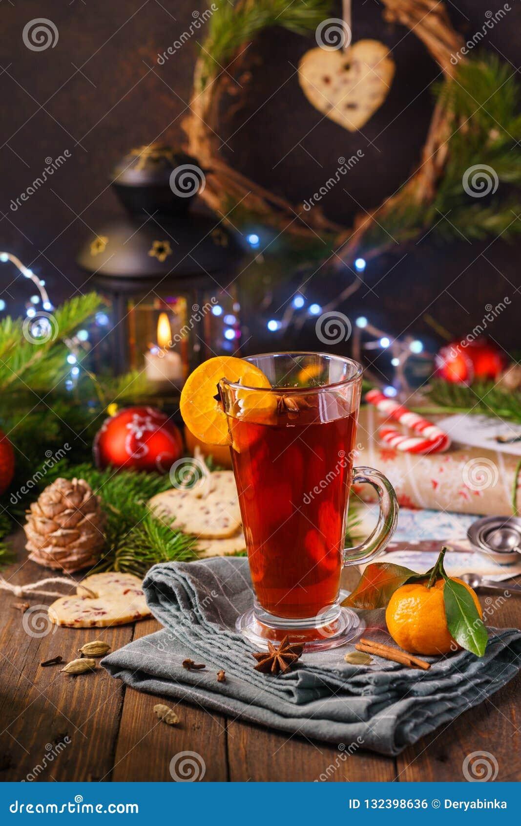 Vrolijk de kaartconcept van de Kerstmisgift met hete overwogen wijn