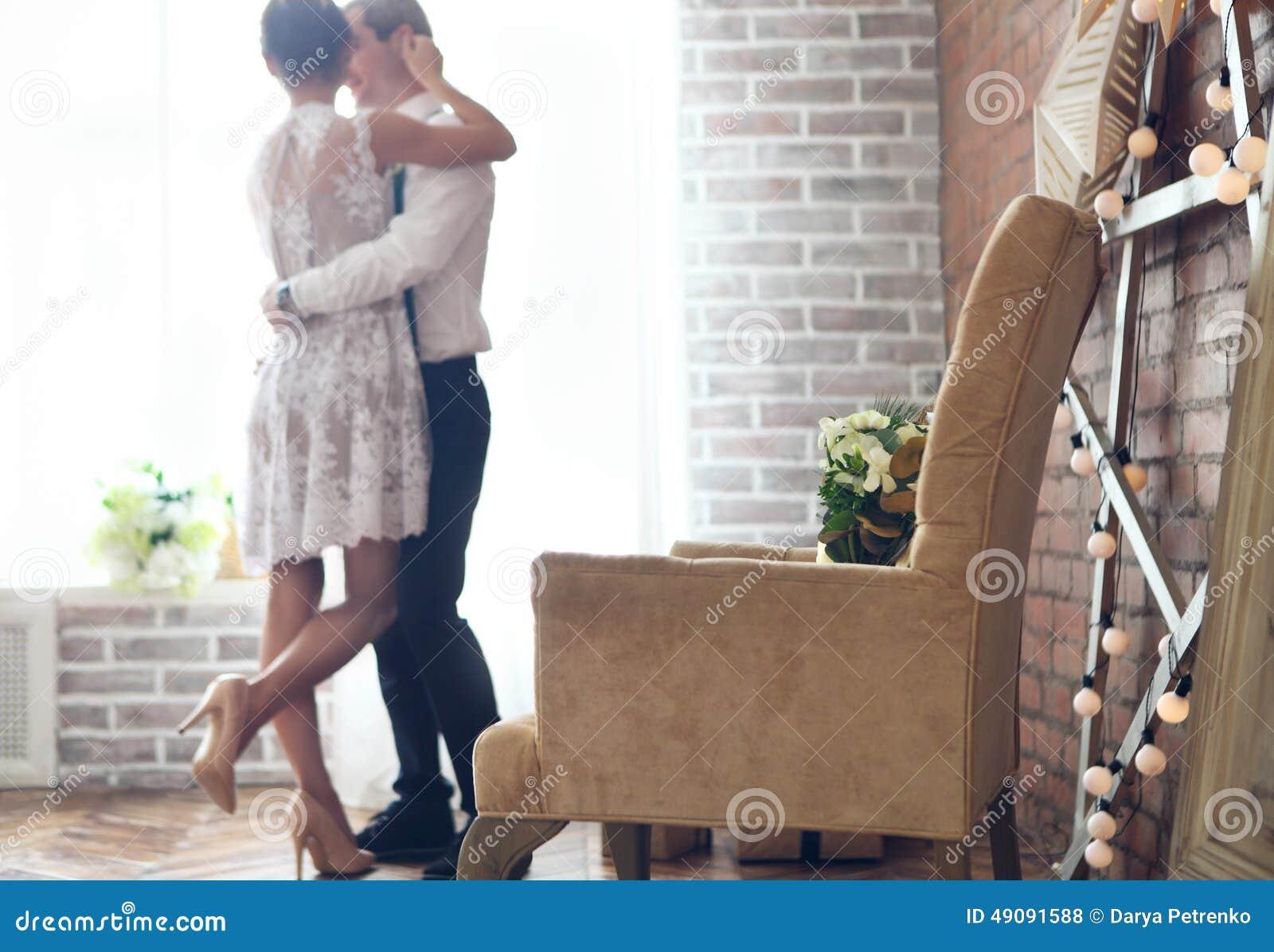 Vrolijk echtpaar die zich dichtbij het venster bevinden