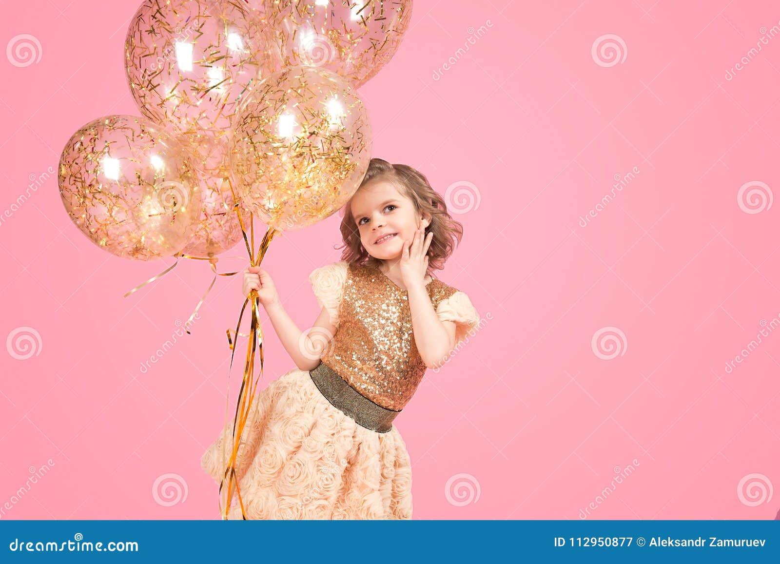 Vrolijk feestelijk meisje met bos van ballons