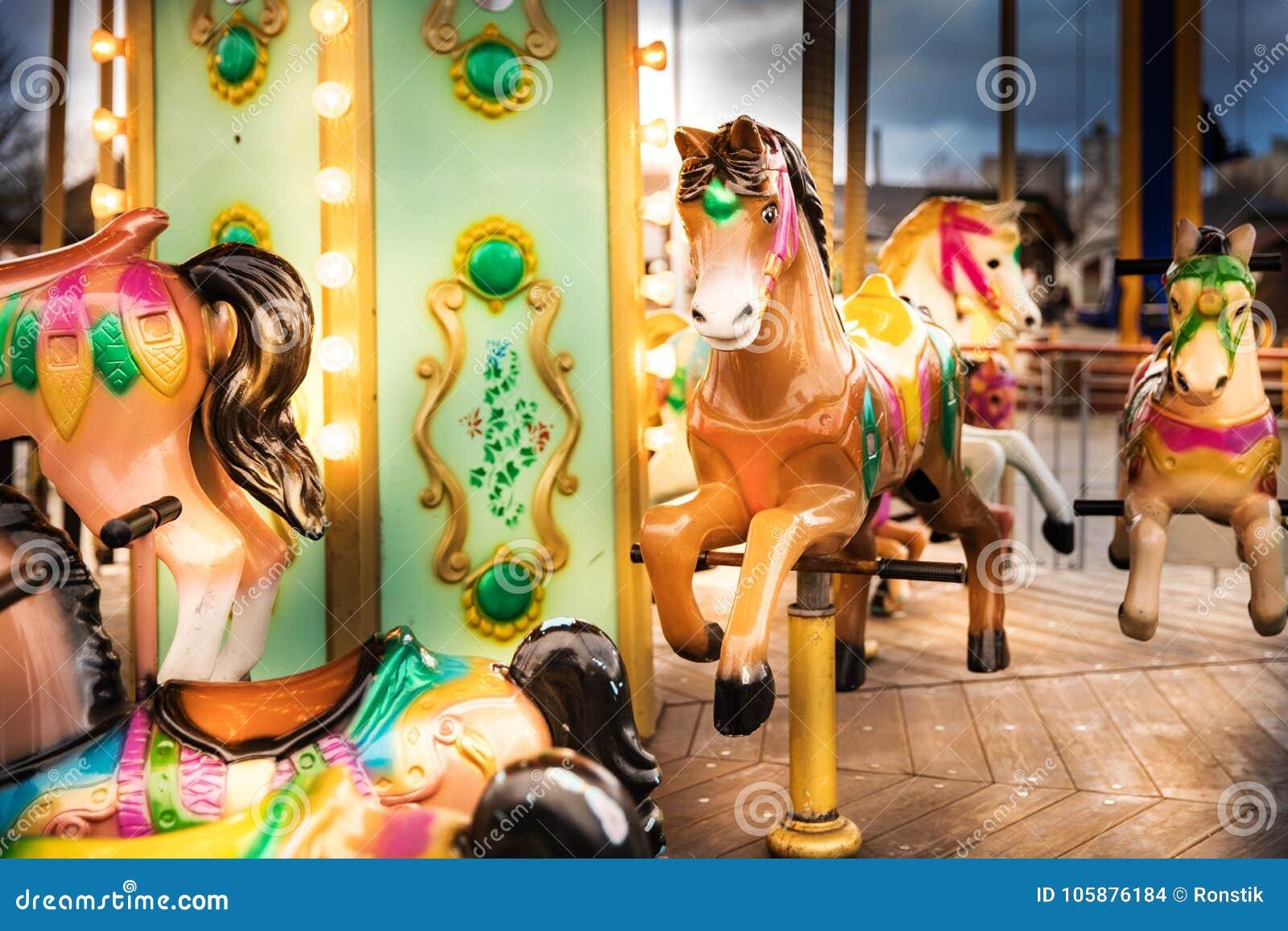 Vrolijk ga om de rit van de paardcarrousel