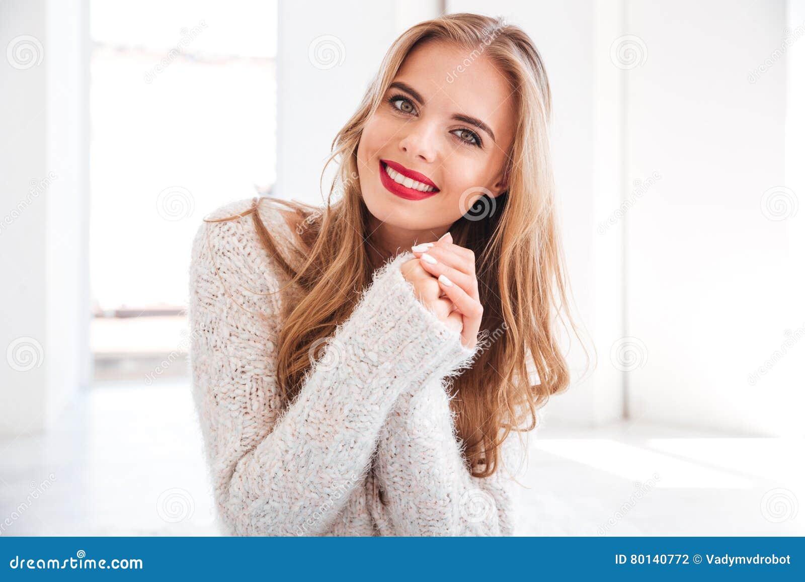 Vrolijk glimlachend meisje die rode lippenstift en witte sweater dragen