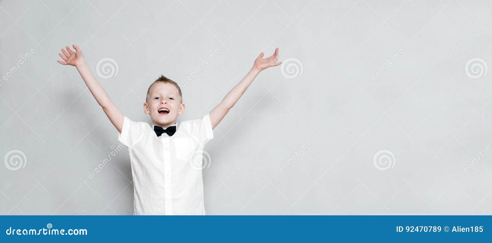 Vrolijk jong geitje met omhoog handen