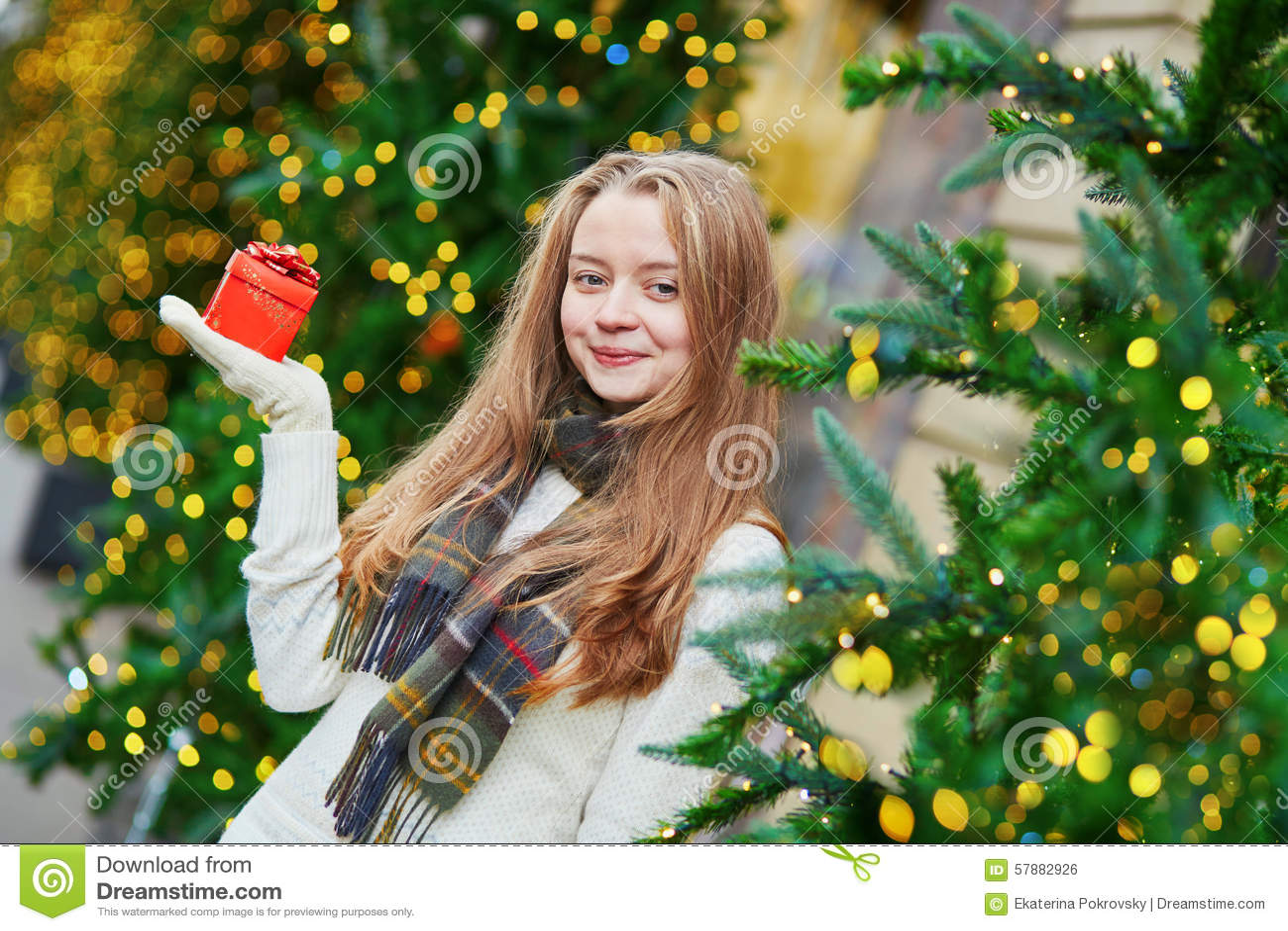 Vrolijk jong meisje met weinig huidige doos