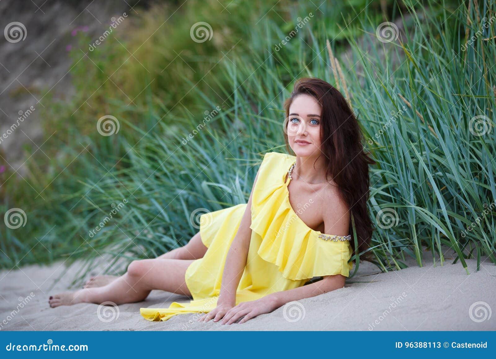 Vrolijk jong meisje op het strand