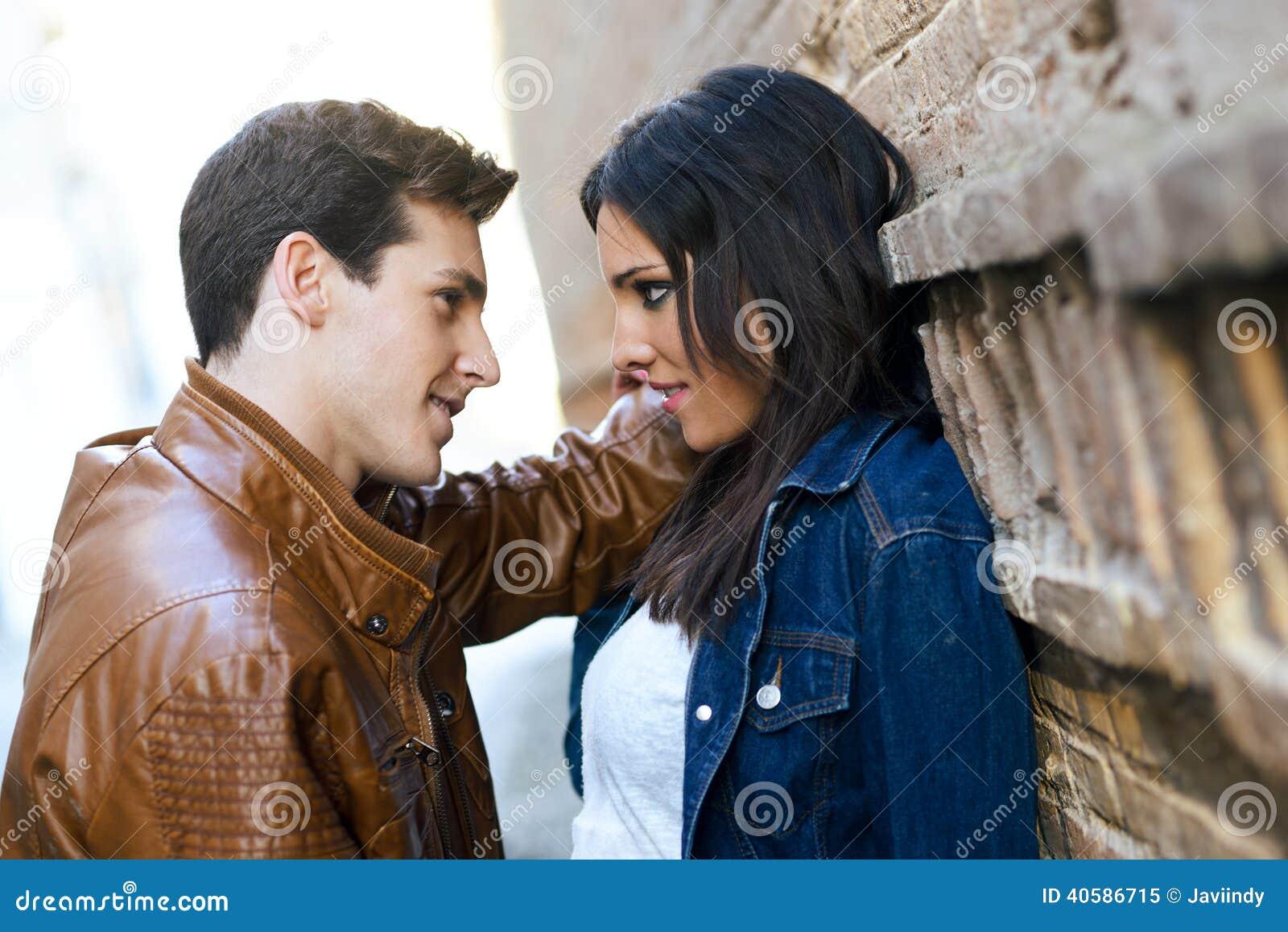 Vrolijk jong paar op een stadsstraat