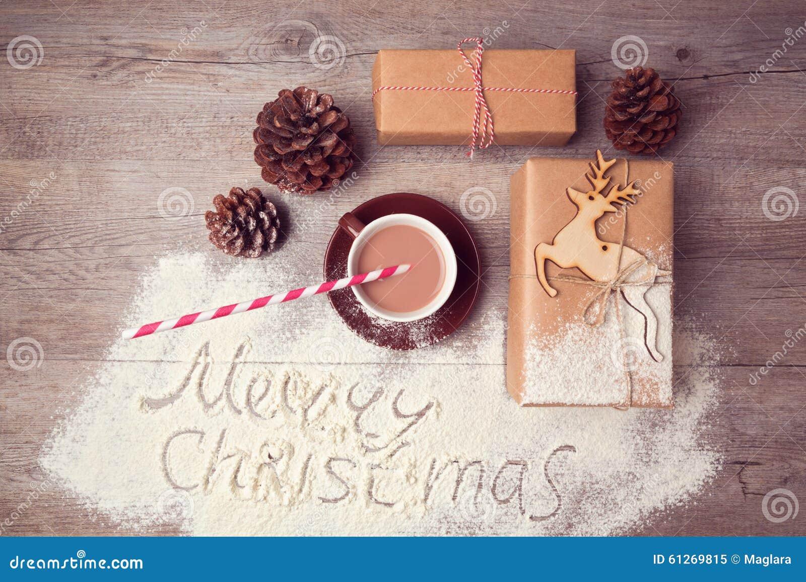 Vrolijk Kerstmis creatief stilleven met giftdozen en kop van chocolade Mening van hierboven