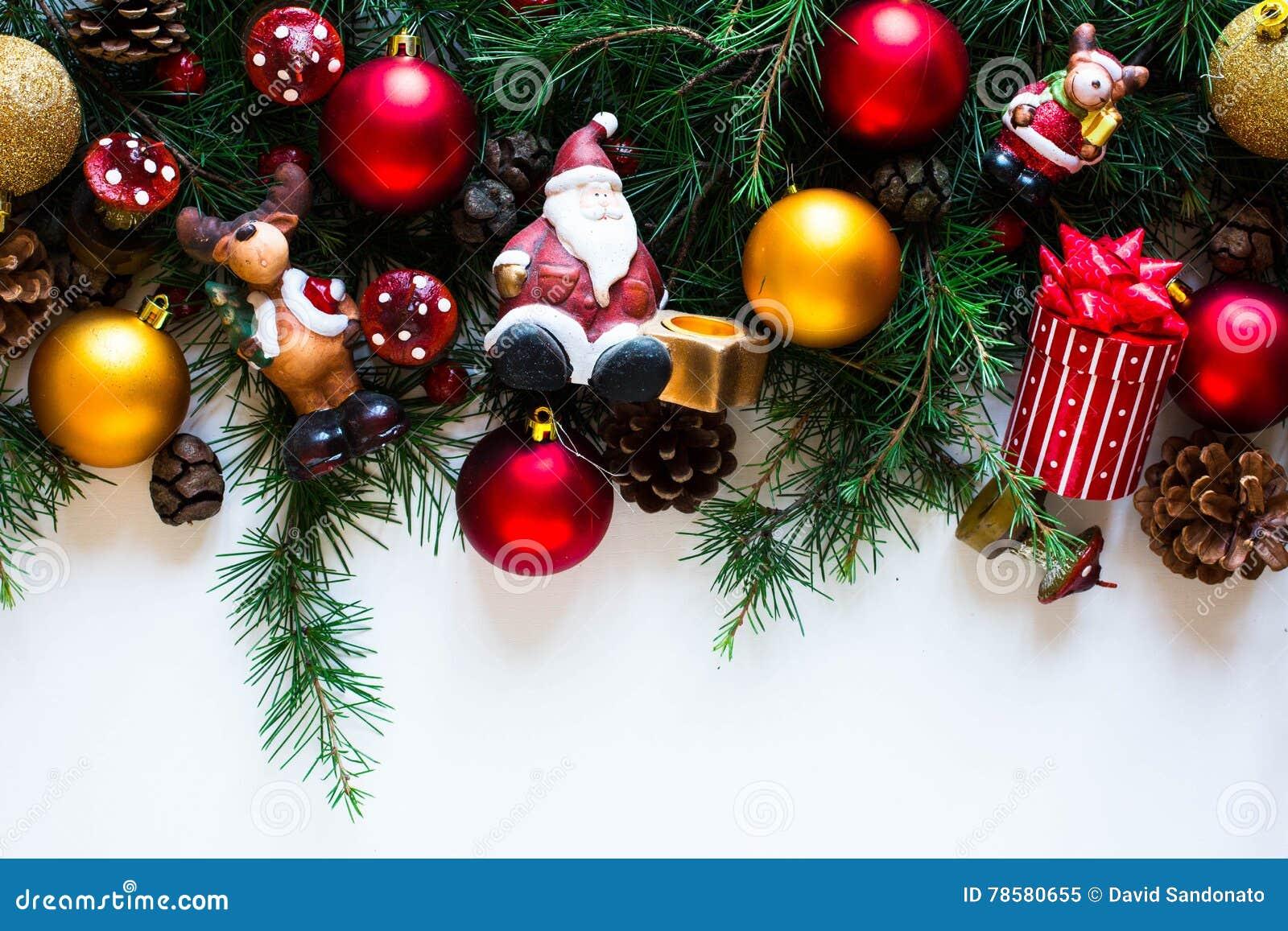 Vrolijk Kerstmiskader met echte houten en kleurrijke snuisterijen