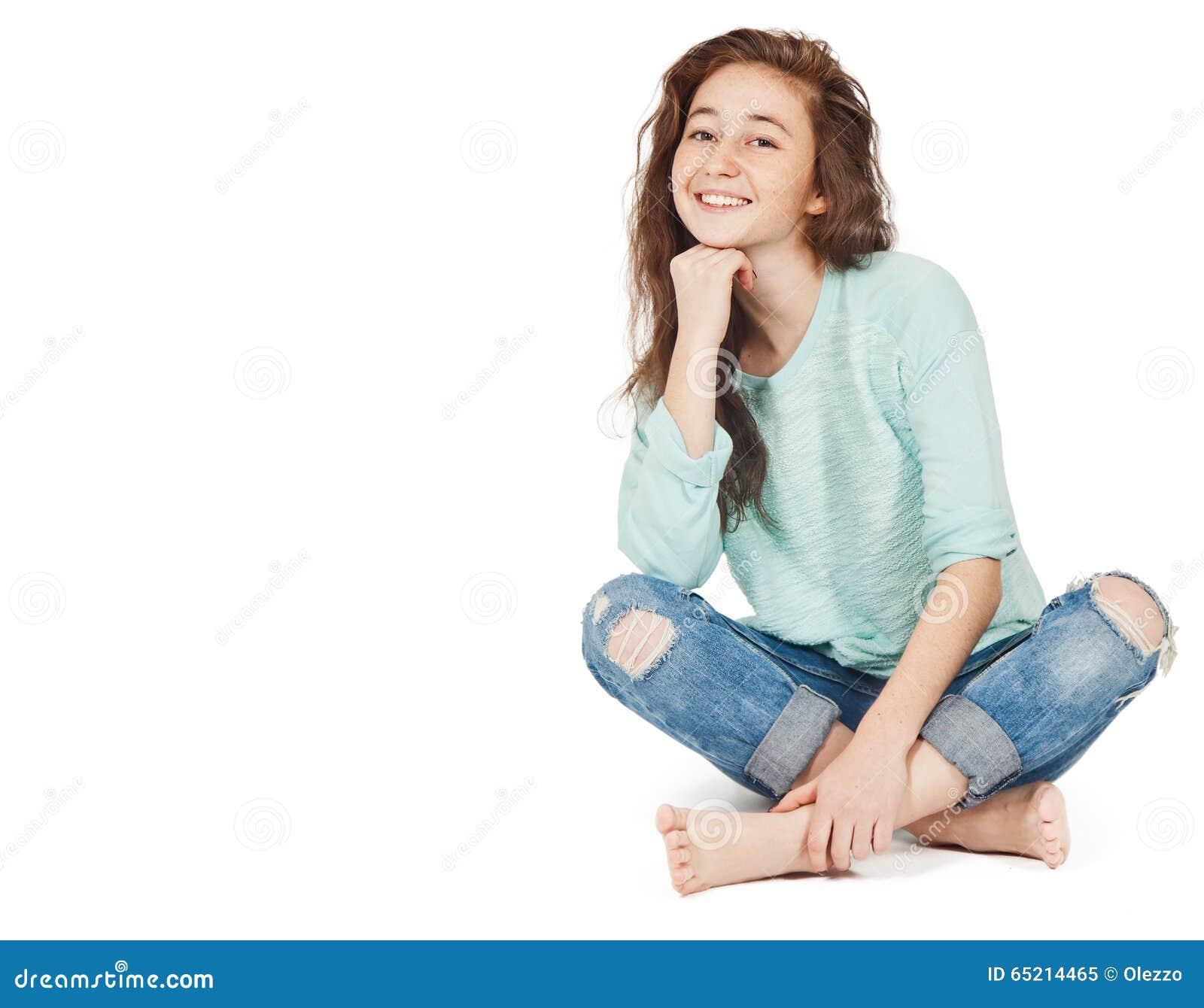 Vrolijk leuk tienermeisje 17-18 die jaar, op een witte backgro wordt geïsoleerd