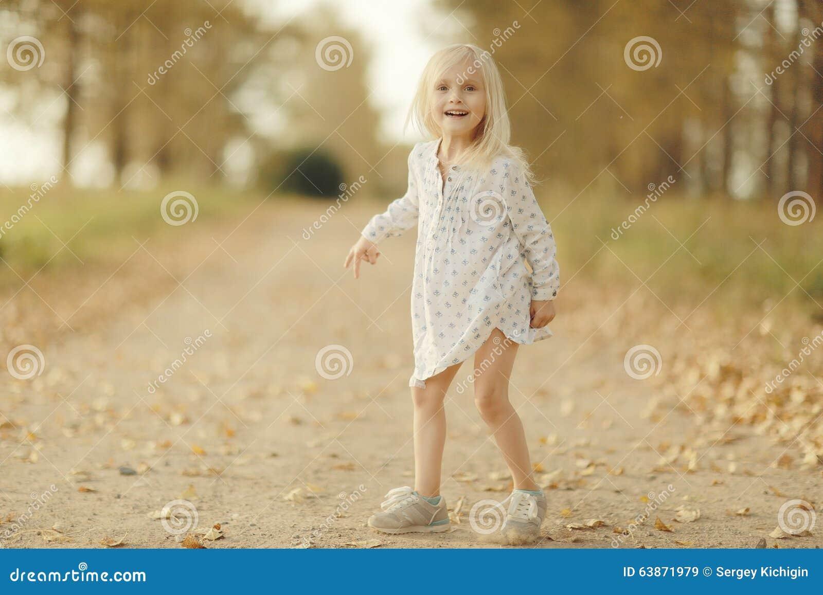 Vrolijk meisje bij de herfstweg