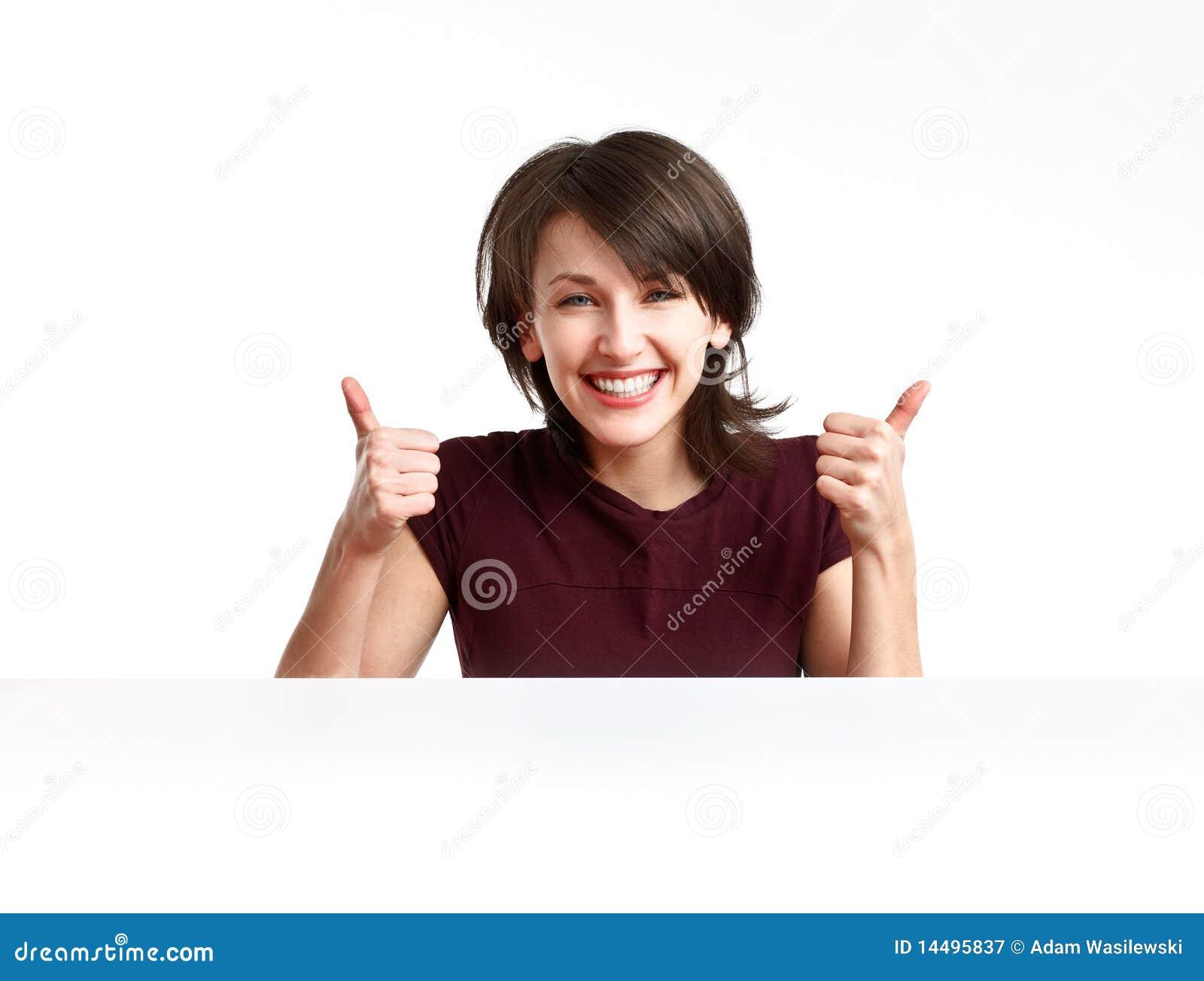 Vrolijk meisje dat o.k. met beide handen toont