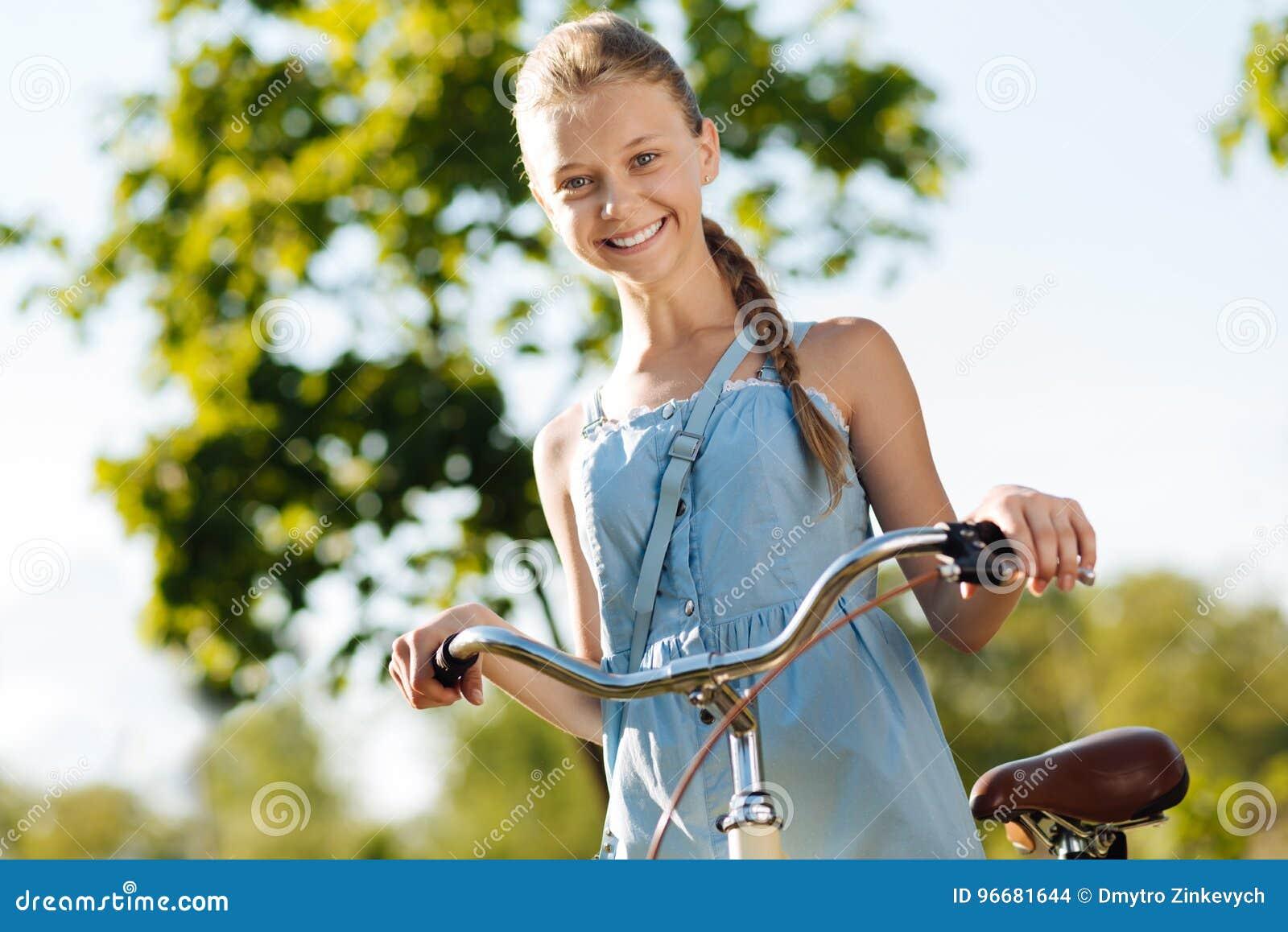 Vrolijk meisje die haar fiets houden