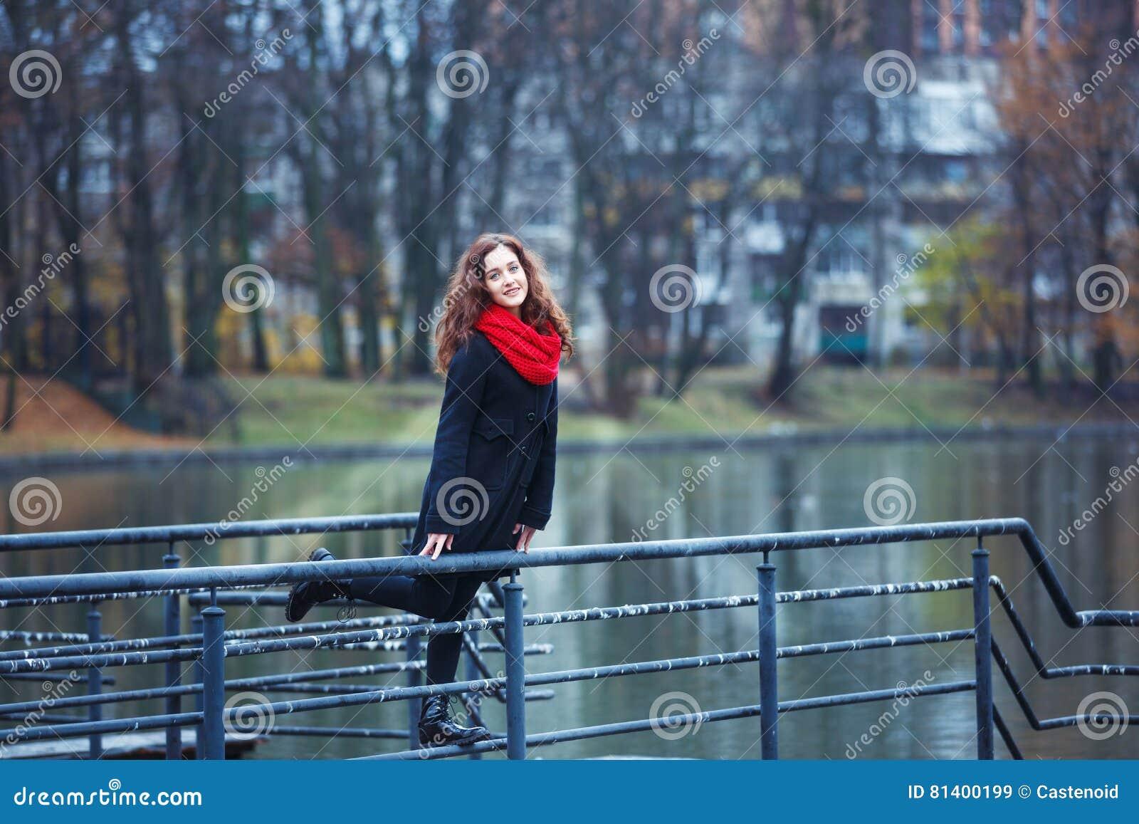 Vrolijk meisje in een park