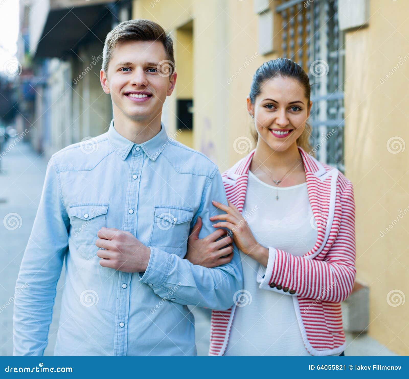 Vrolijk meisje en knappe mens die een gang hebben samen stock afbeelding afbeelding 64055821 - Een gang ...