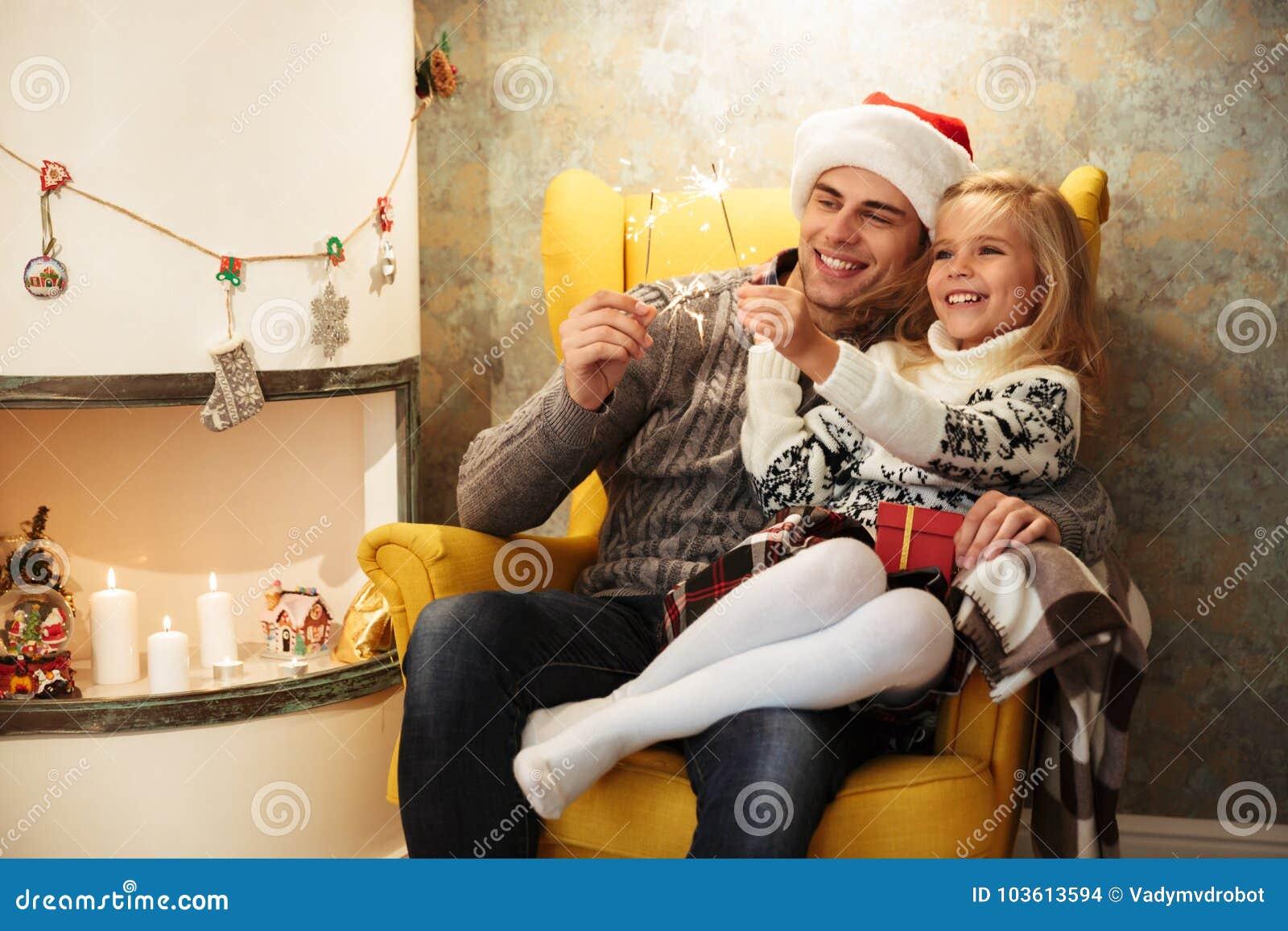 Vrolijk meisje met haar sterretjes van de papaholding, terwijl zit