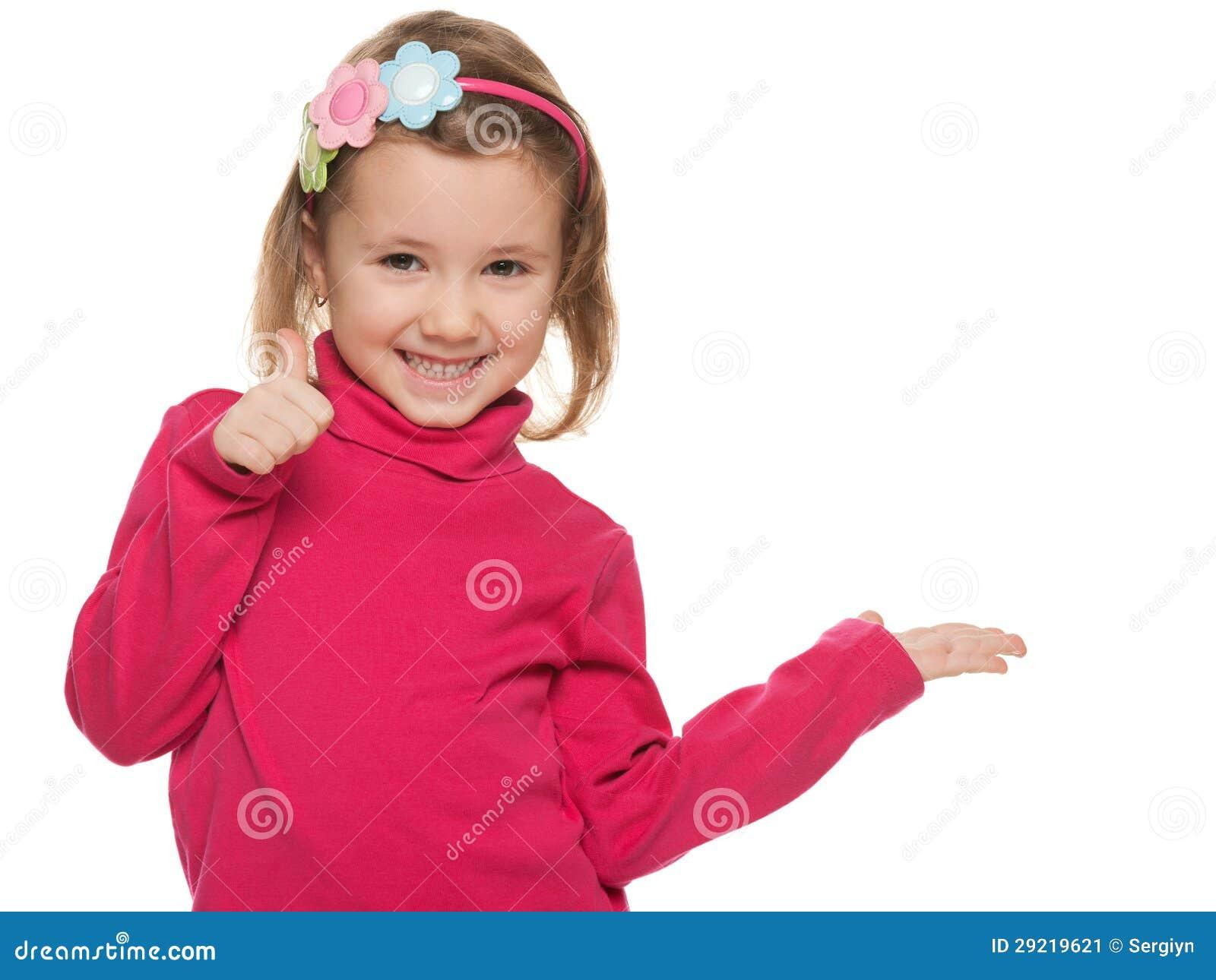 Vrolijk meisje in rood met haar omhoog duim