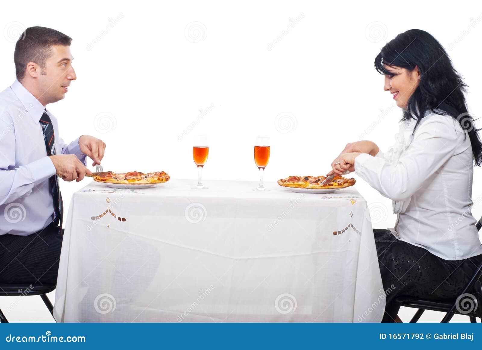 Vrolijk paar dat pizza eet