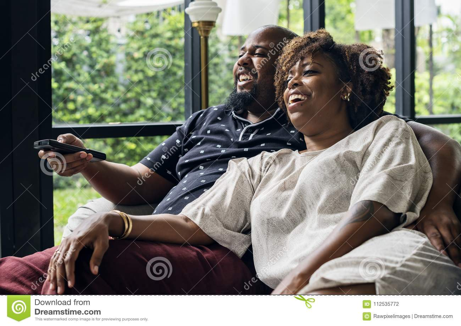 Vrolijk paar die op TV samen letten