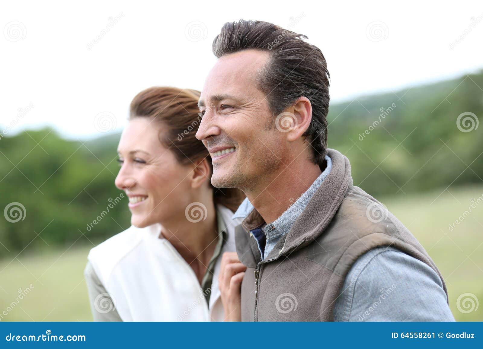 Vrolijk paar die in openlucht lopen