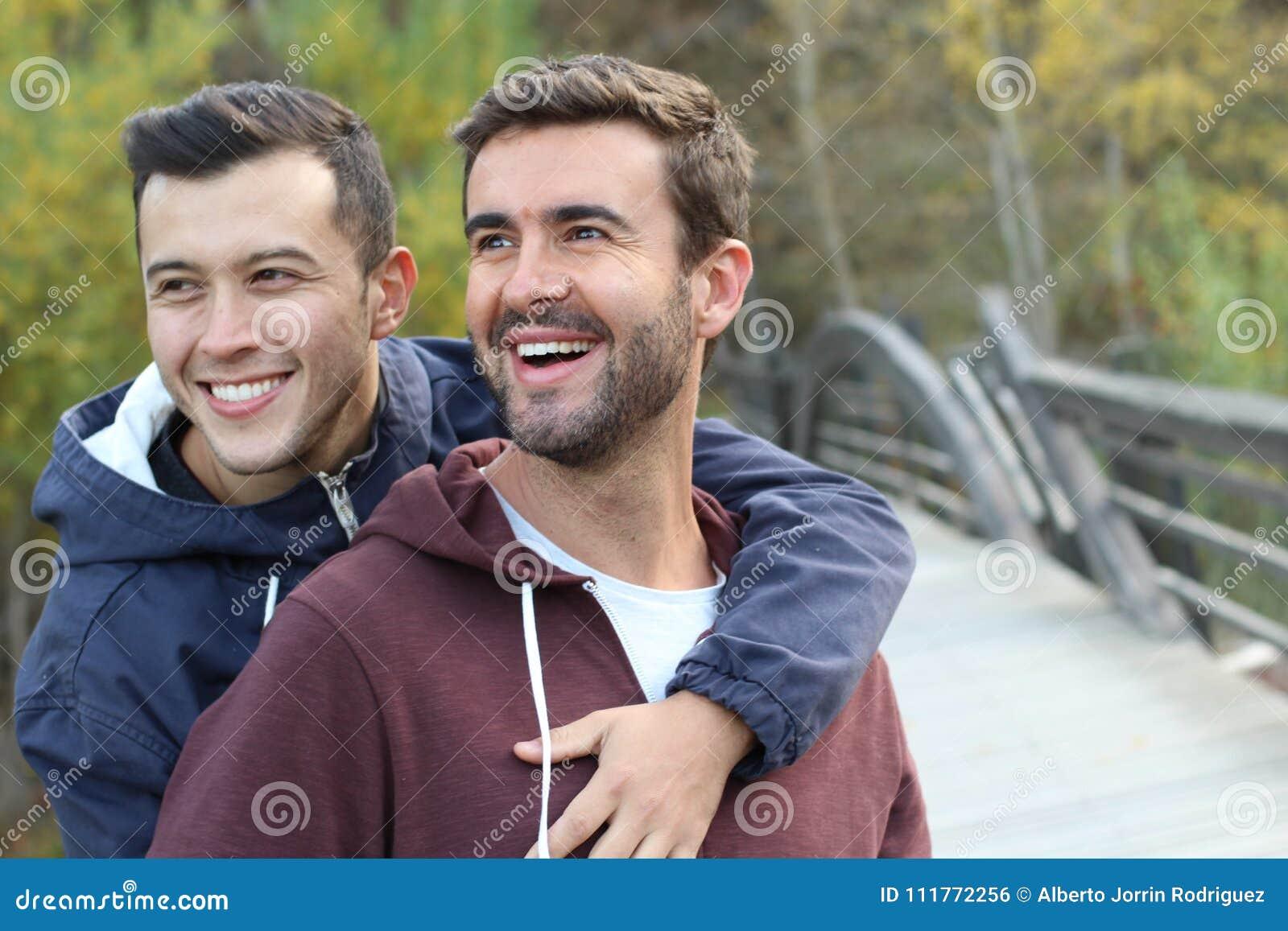 Vrolijk paar die van het park in de herfst genieten