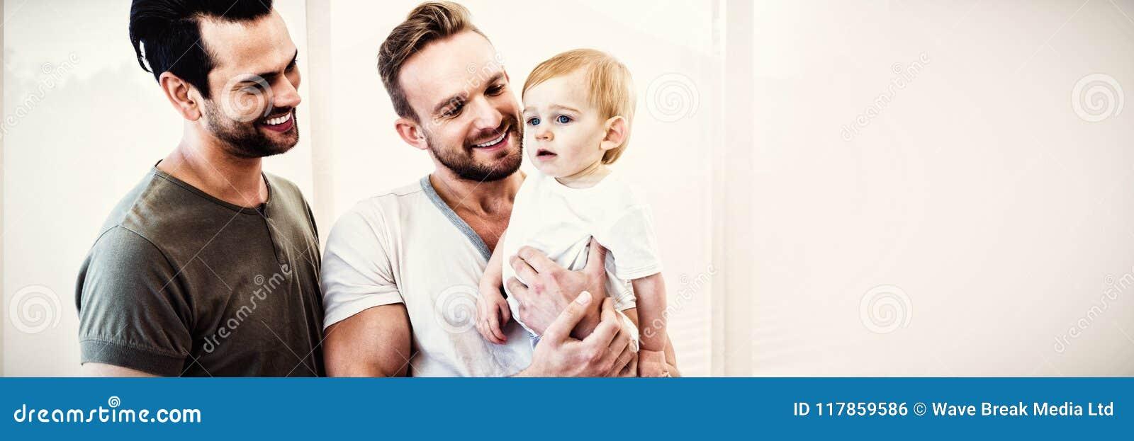Vrolijk paar met kind thuis
