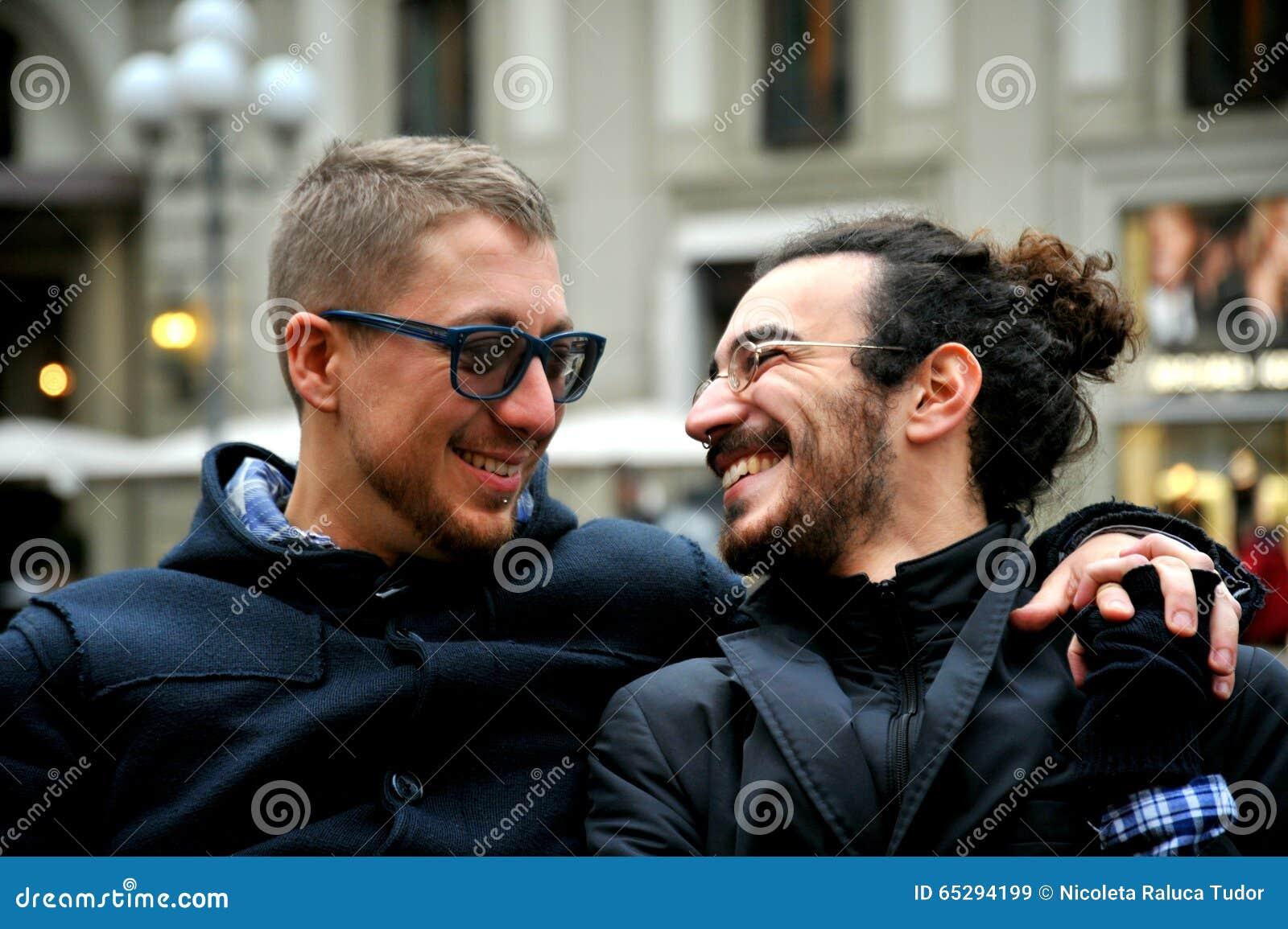Vrolijk paar op de straten van Florence, Italië