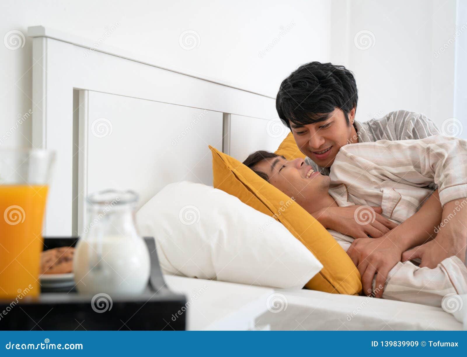 Vrolijk paar op het bed