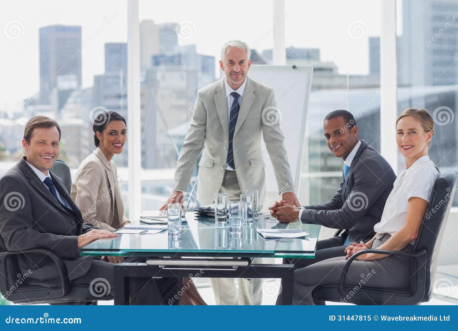 Vrolijk team van bedrijfsmensen in de vergaderzaal