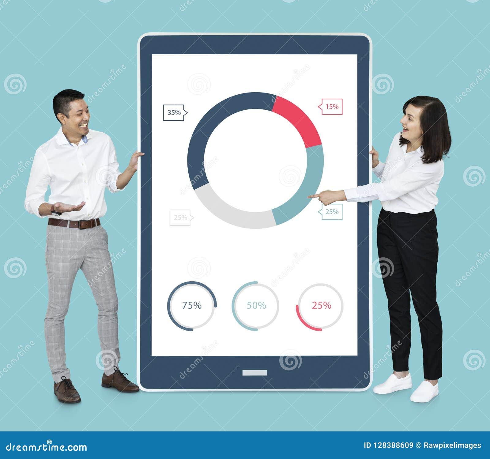 Vrolijke diverse mensen die cirkeldiagram op een tablet tonen