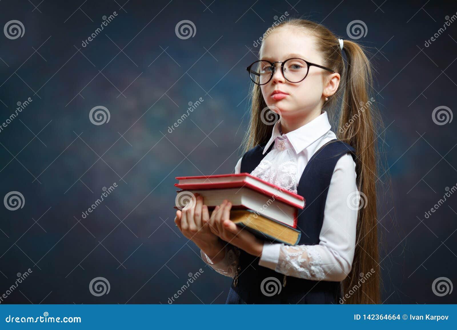 Vrolijke Elementaire het Boekbos van de Schoolmeisjegreep