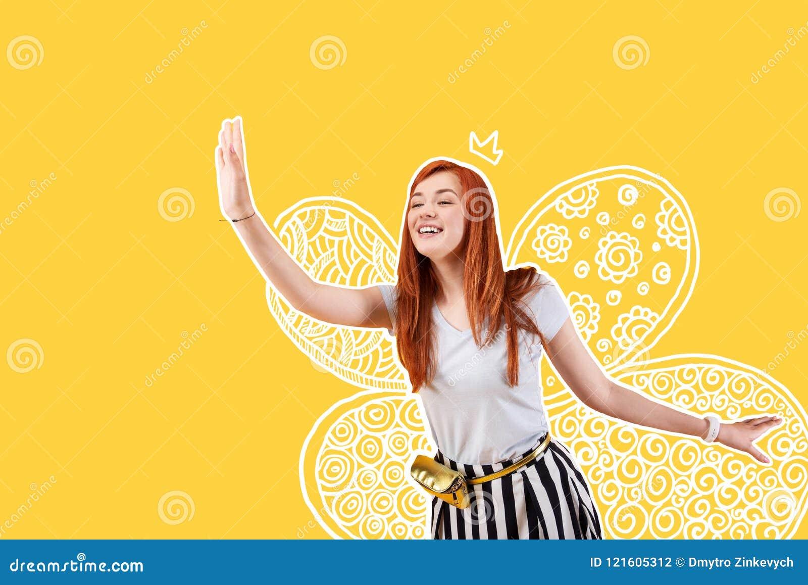 Vrolijke entertainer die een kostuum van een fee dragen en haar hand golven