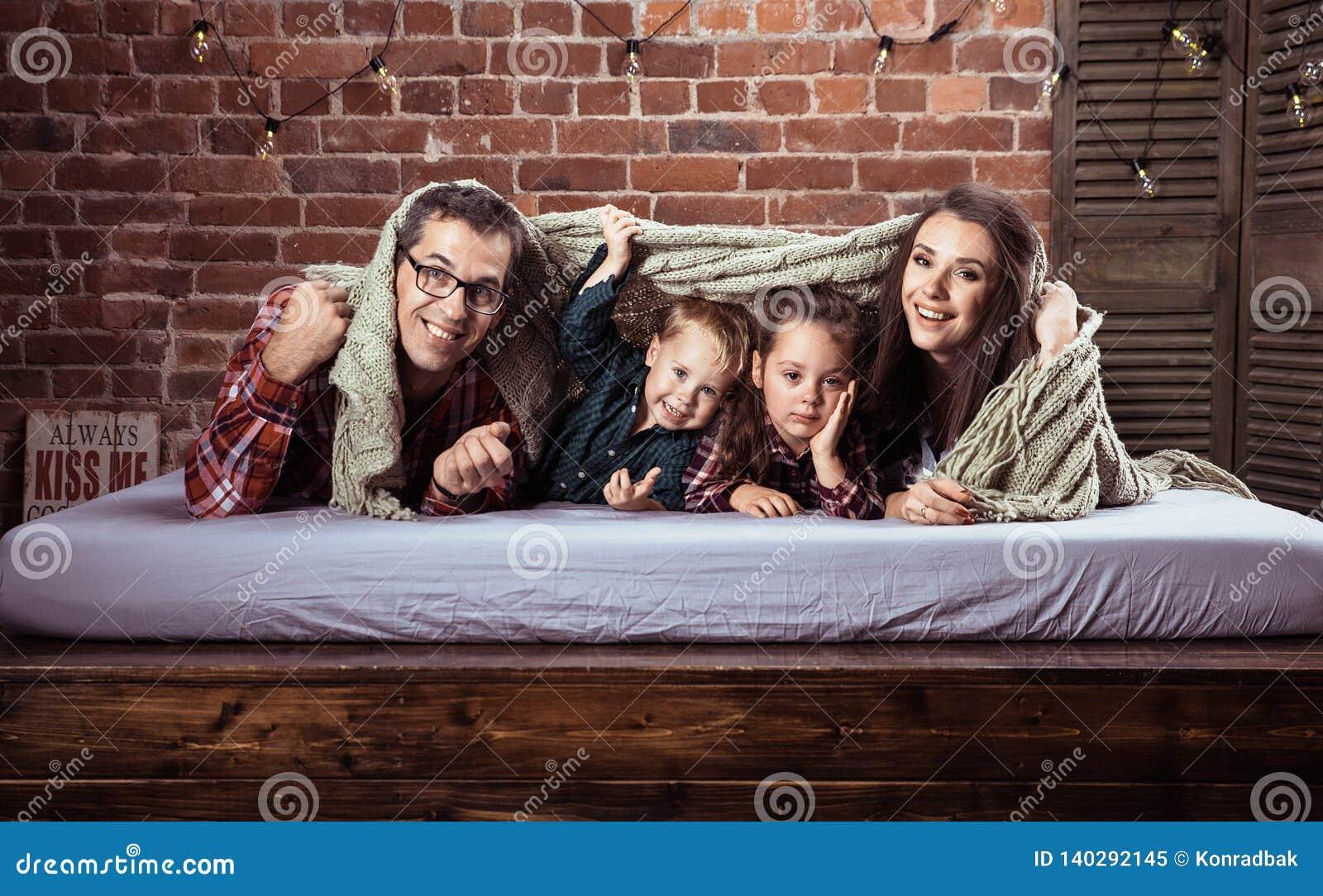 Vrolijke familie in modieuze binnenlands