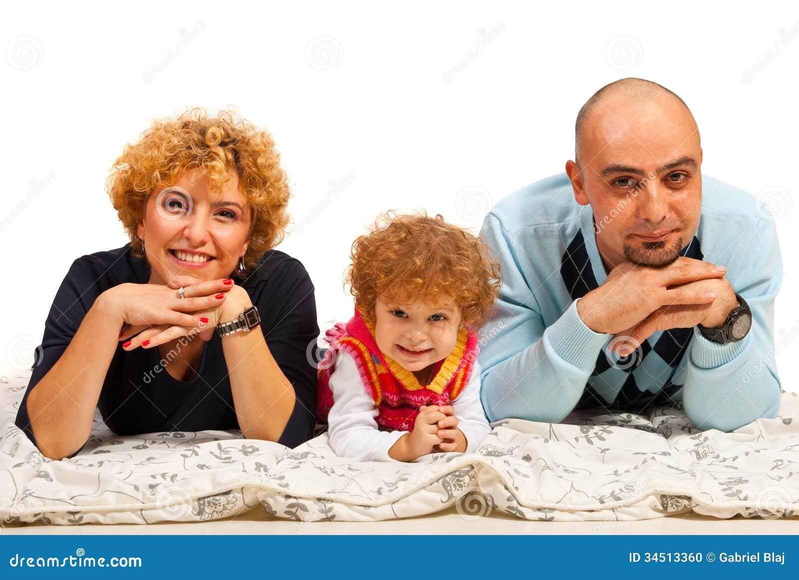 Vrolijke familie van drie op een rij