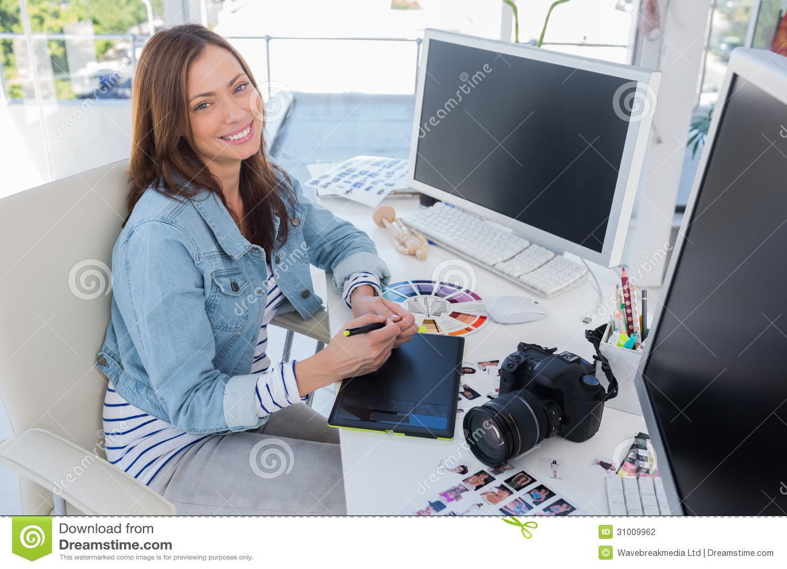 Vrolijke fotoredacteur die met een grafische tablet werken