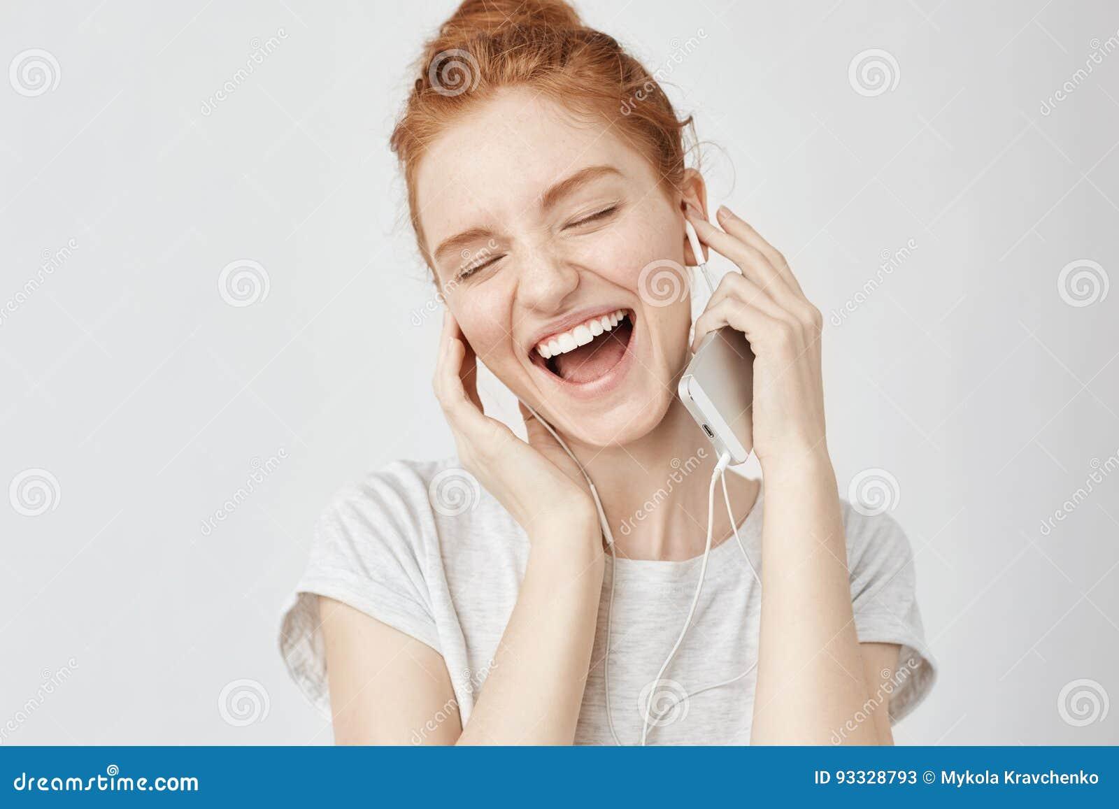 Vrolijke foxy meisje verheugende het luisteren muziek in hoofdtelefoons het glimlachen