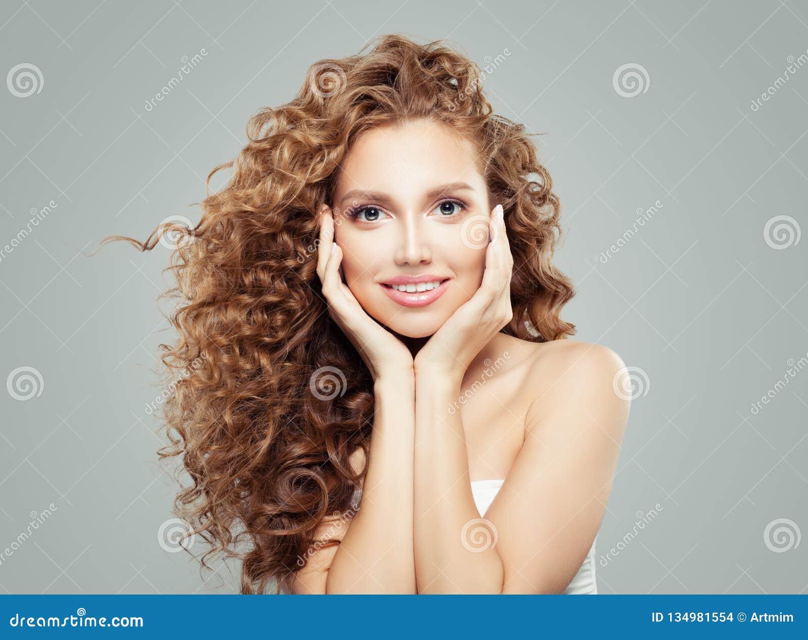 Vrolijke glimlachende vrouw, mooi vrouwelijk gezicht dicht omhoog emotie Positieve gelaatsuitdrukkingen