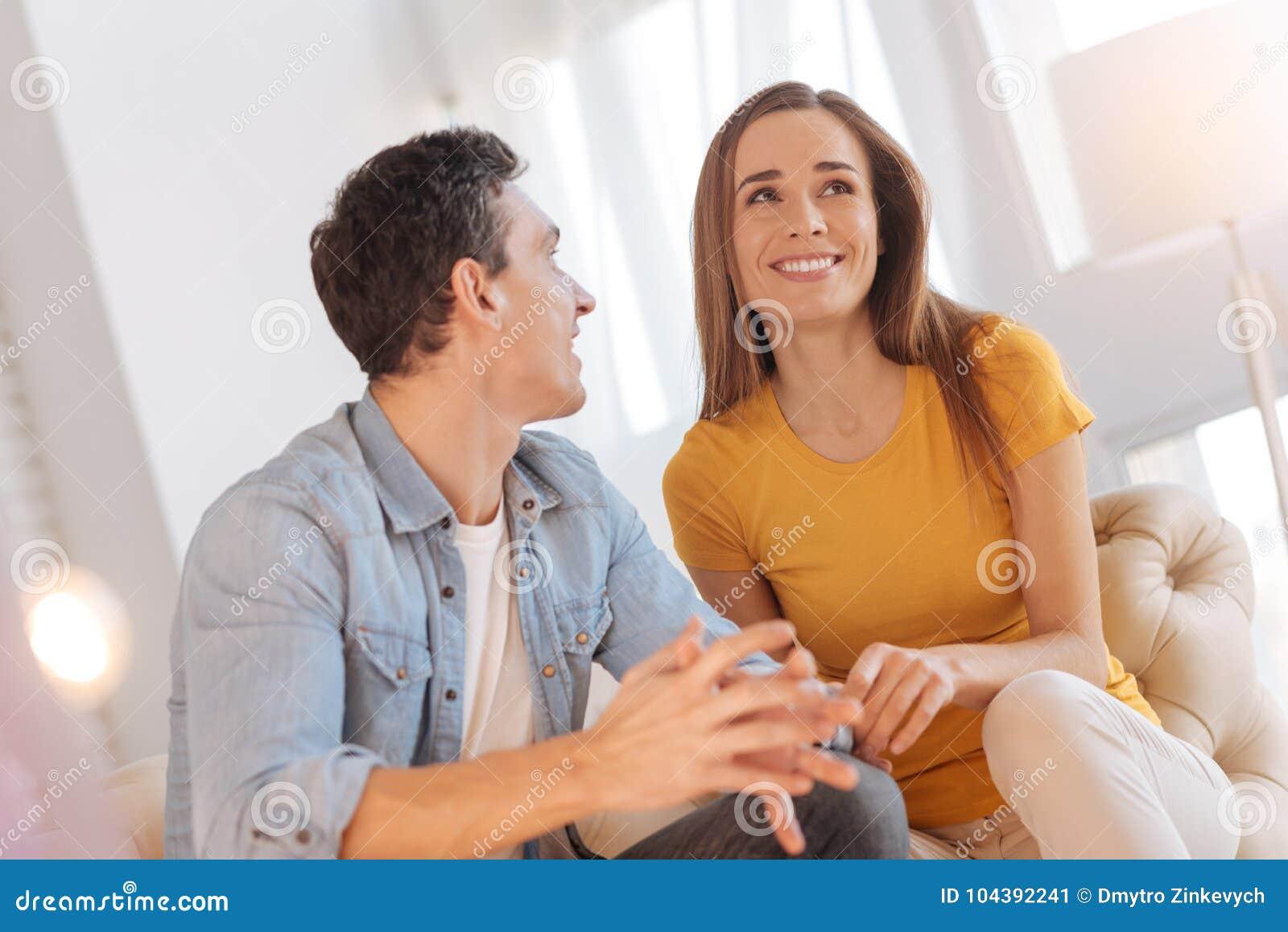 Vrolijke houdende van mensen die hun toekomst en het glimlachen bespreken