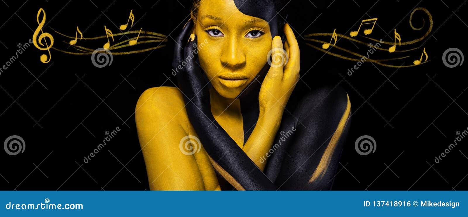 Vrolijke jonge Afrikaanse vrouw met de make-up van de kunstmanier Verbazende vrouw met zwarte en gele make-up en nota s kleurrijk