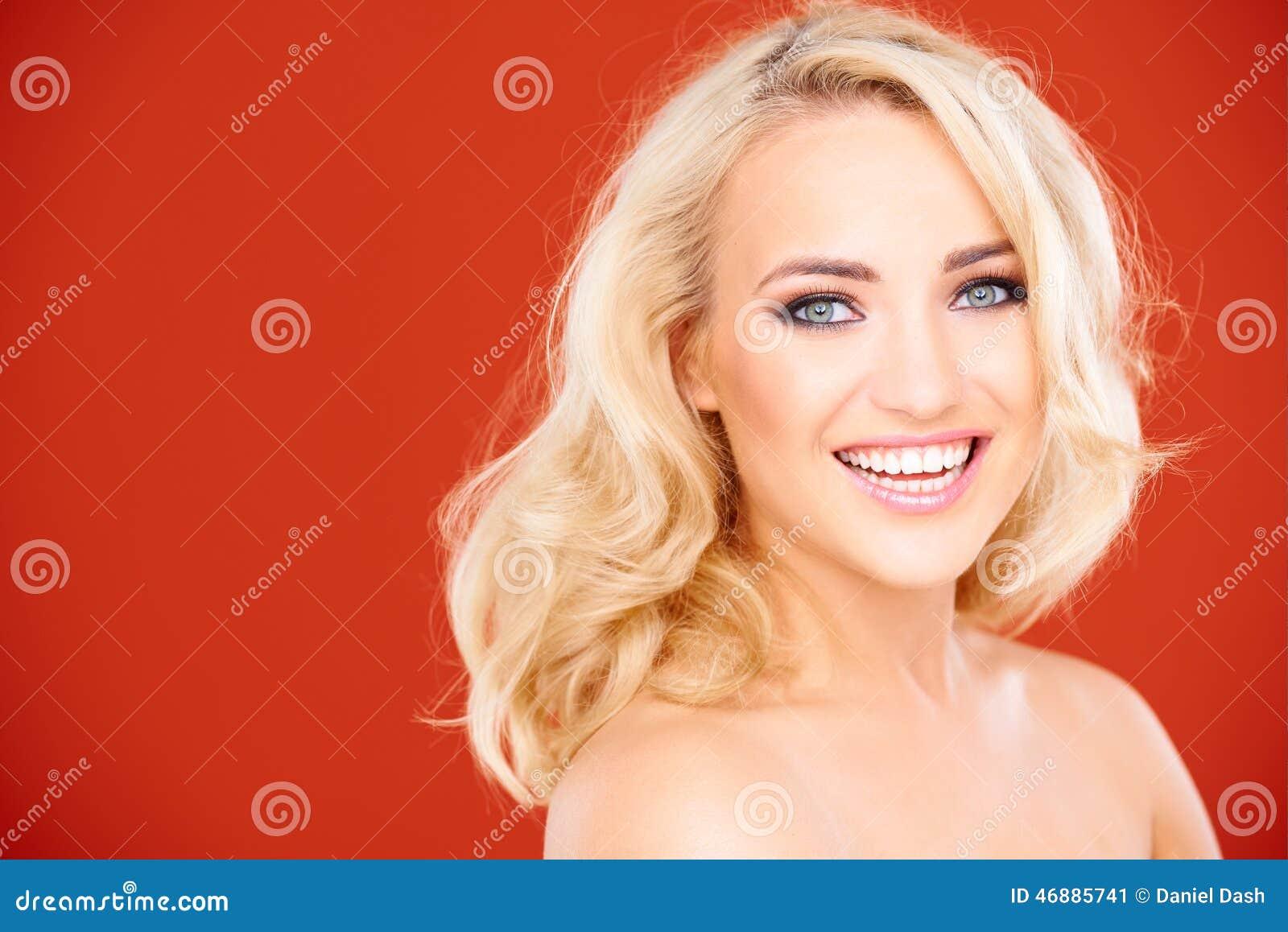 Vrolijke Jonge Blonde Naakte Vrouw die Camera bekijken