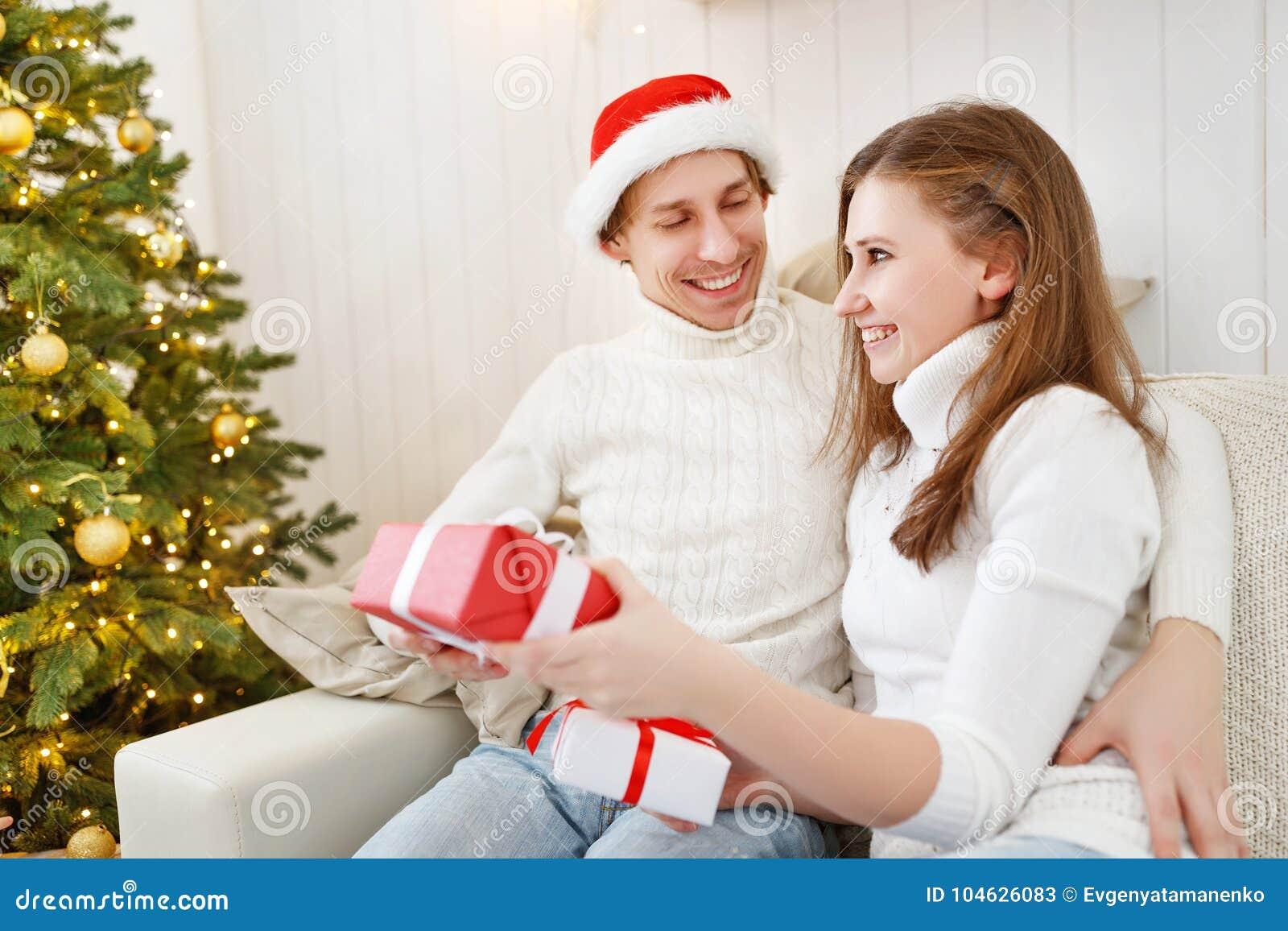 Download Vrolijke Kerstmis! Familiepaar Met Magische Kerstmisgift Stock Afbeelding - Afbeelding bestaande uit kaukasisch, levensstijl: 104626083