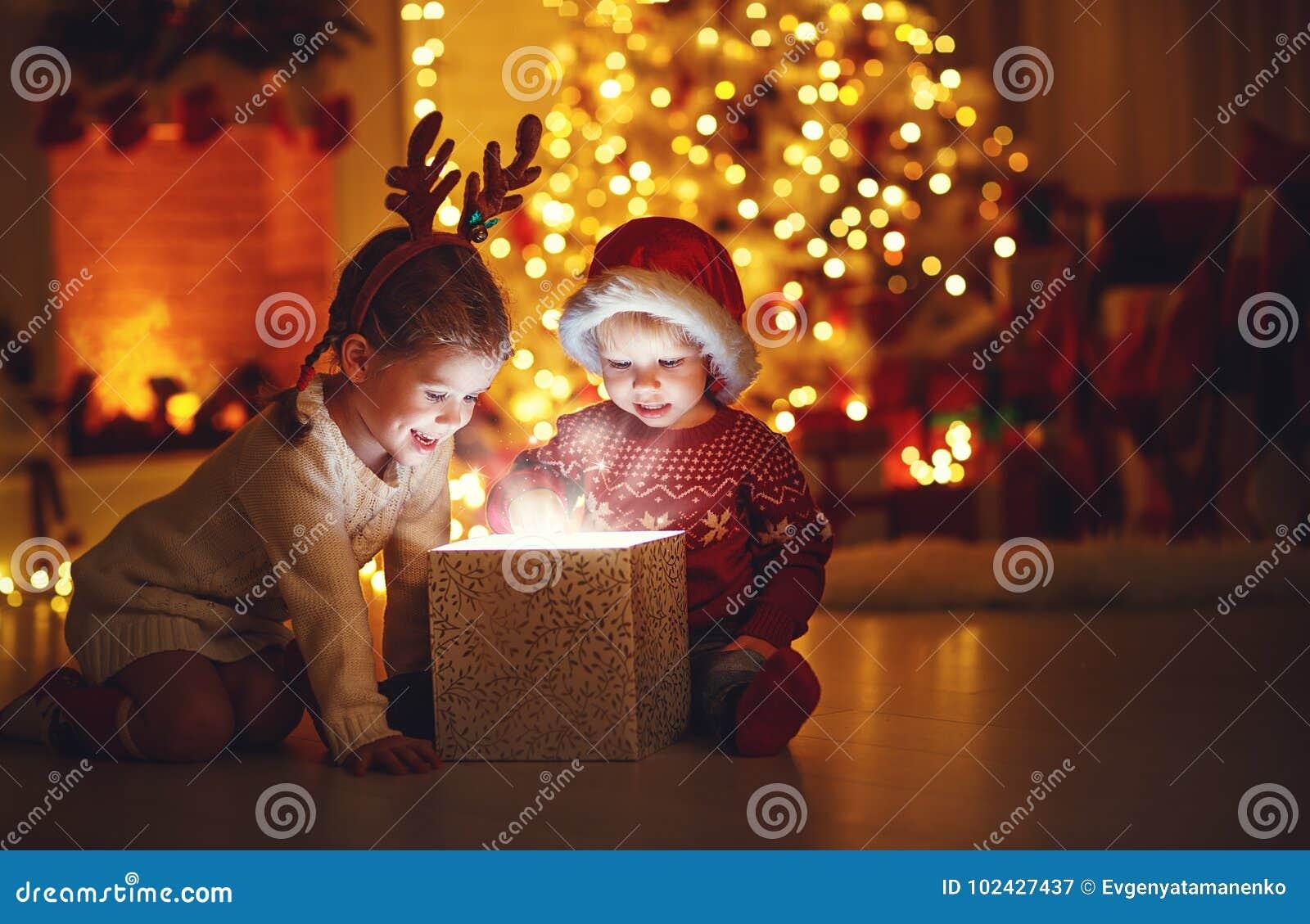 Vrolijke Kerstmis! gelukkige kinderen met magische gift thuis