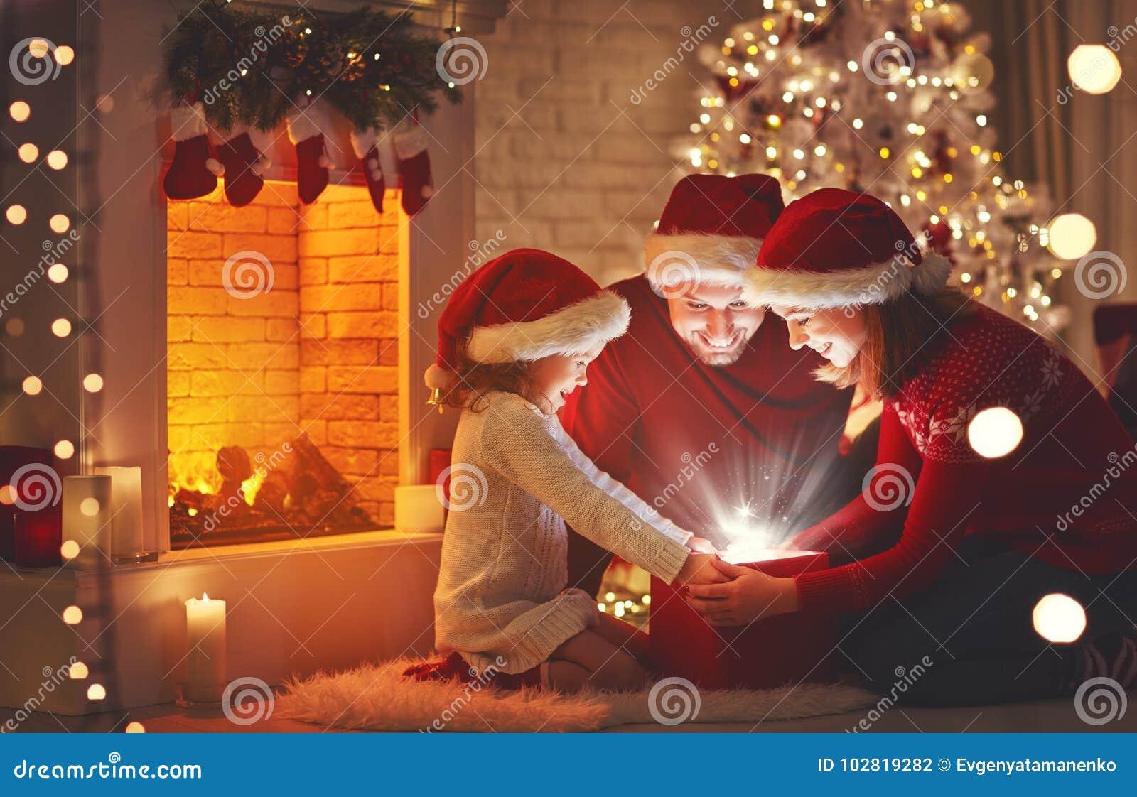 Vrolijke Kerstmis! het de gelukkige vader en kind van de familiemoeder met magisch