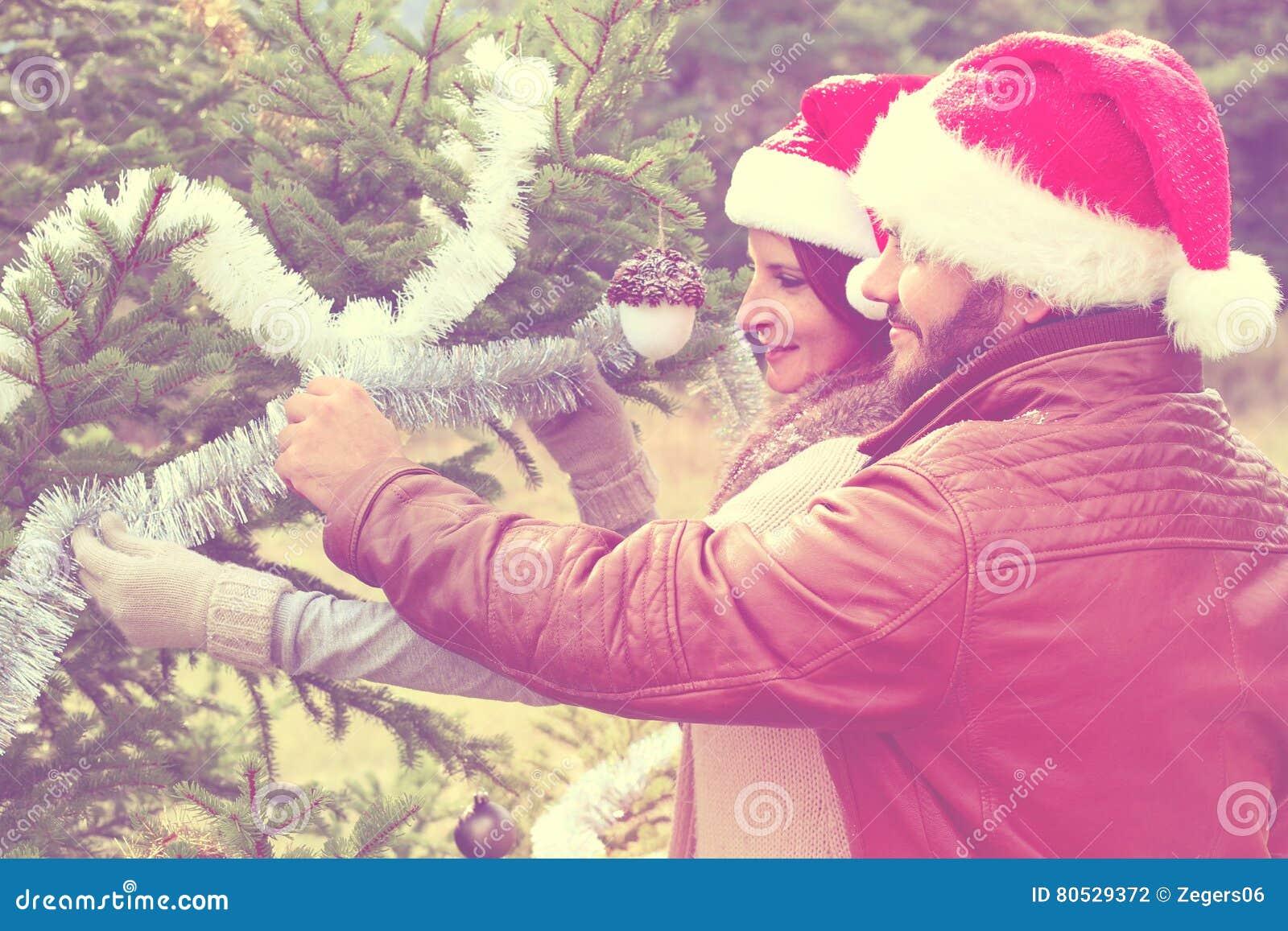 Vrolijke Kerstmis Jonge paar het vieren Kerstmis openlucht