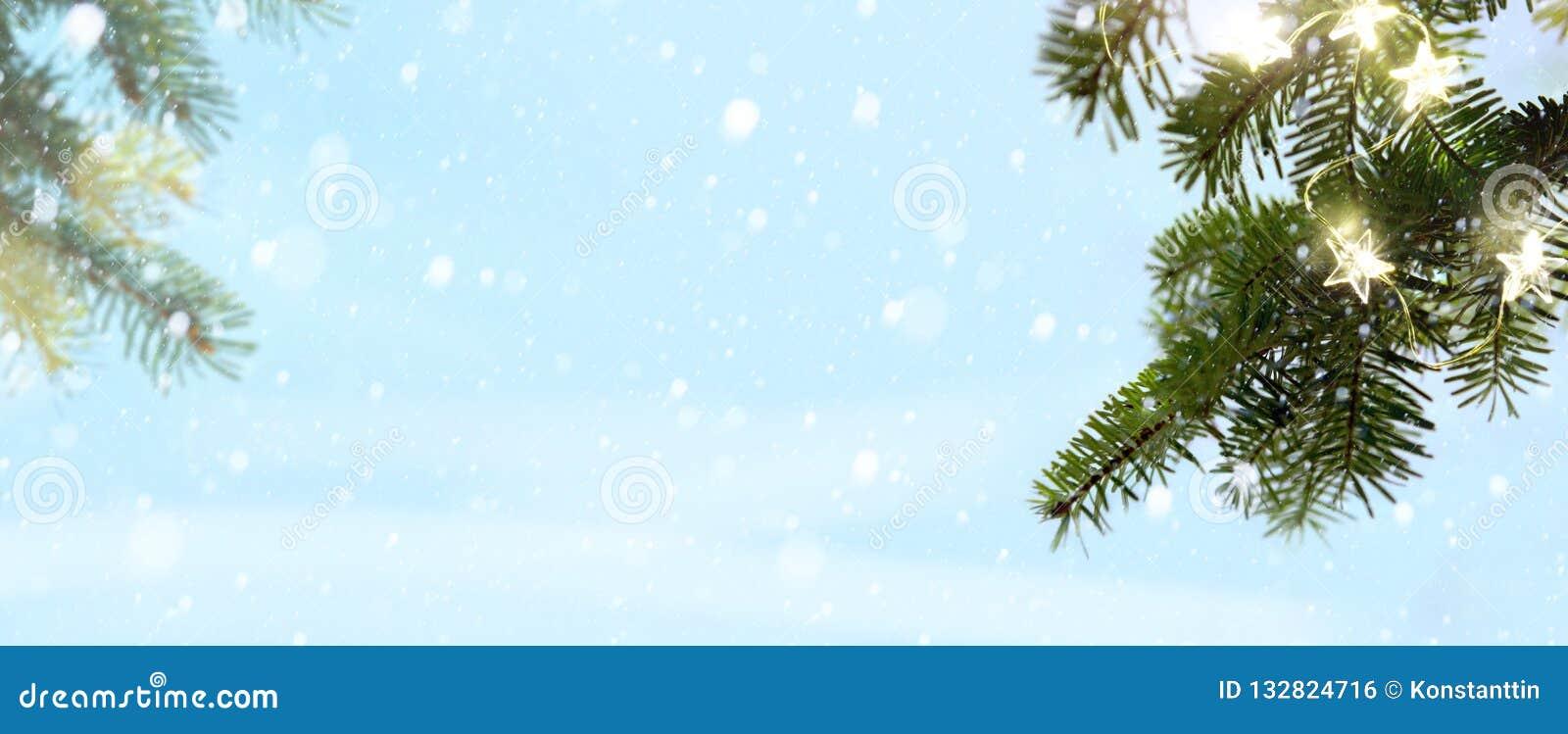 Vrolijke Kerstmis - sneeuw en sparrentakken met vakantielicht