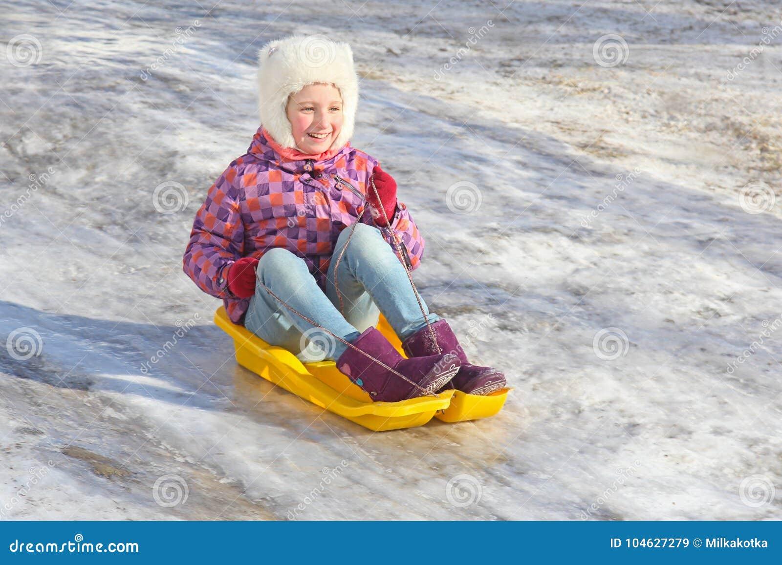 Download Vrolijke Meisjesritten Van Een Ijzige Berg Op Een Plastic Slee Het Kind Loopt Tijdens De De Wintervakantie Stock Afbeelding - Afbeelding bestaande uit koel, kinderjaren: 104627279